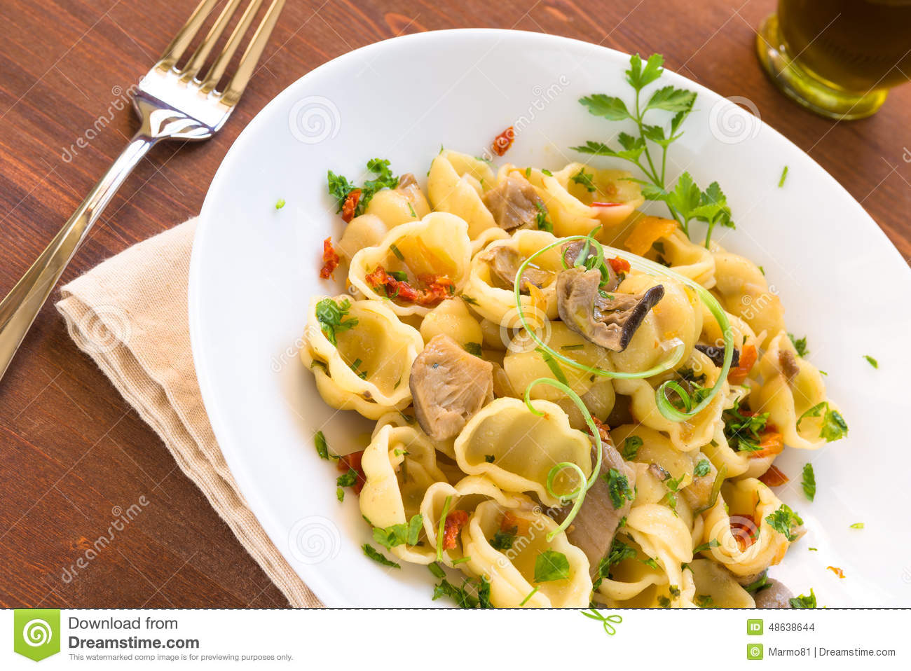 gnocchi avec des champignons cuisine italienne photo stock image du chef recette 48638644. Black Bedroom Furniture Sets. Home Design Ideas