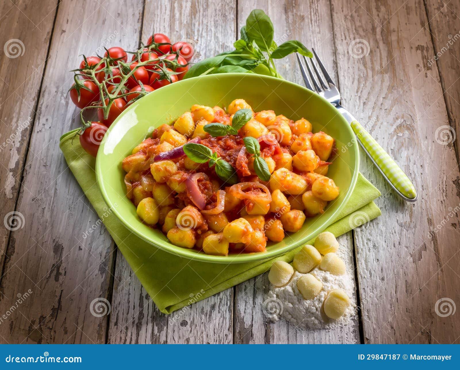 Gnocchi caseiro com molho de tomate