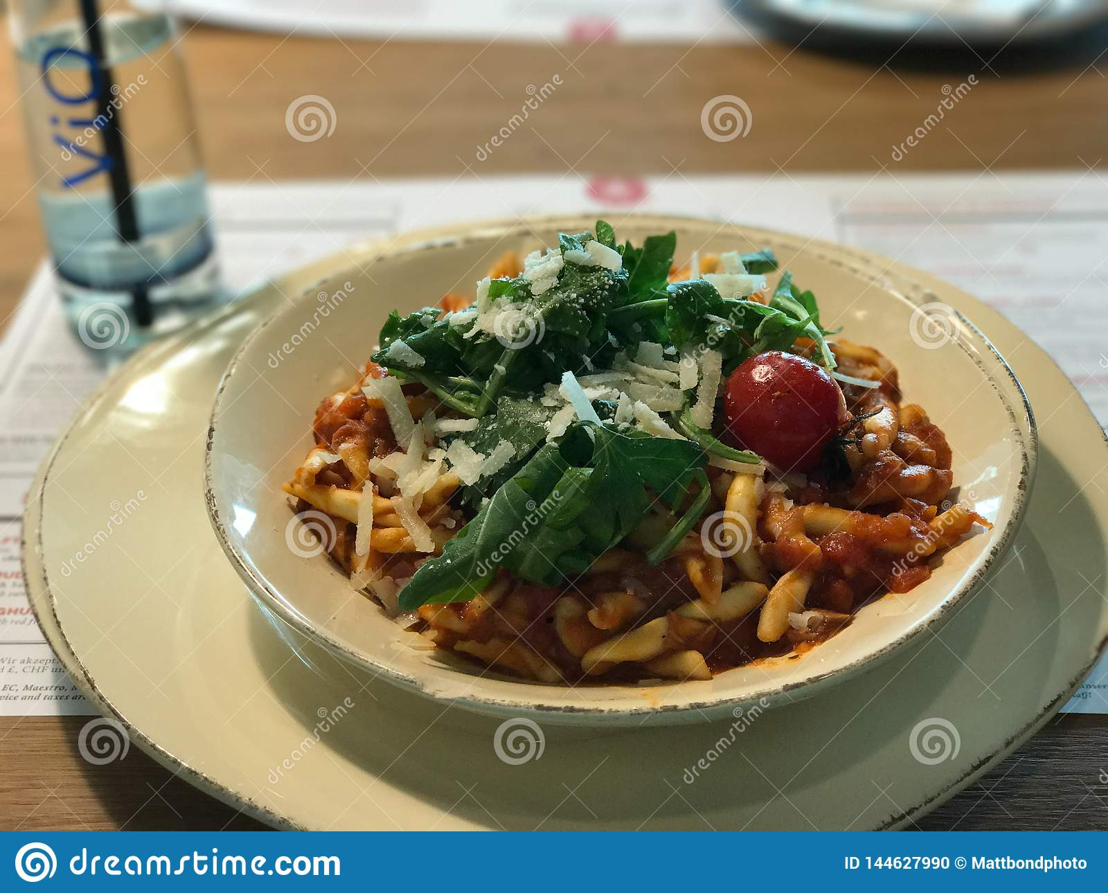 Gnocchi com molho de tomate, queijo parmesão, tomate de cereja e salsa