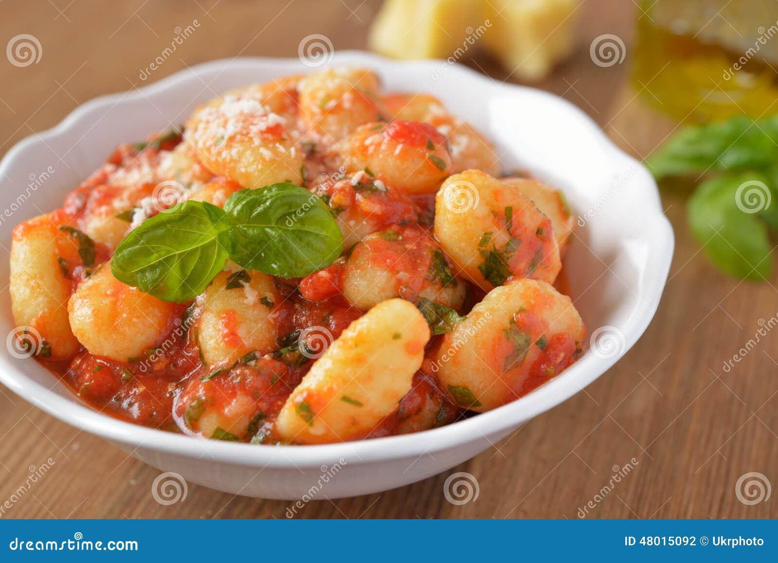 Gnocchi de la patata con la salsa de tomate