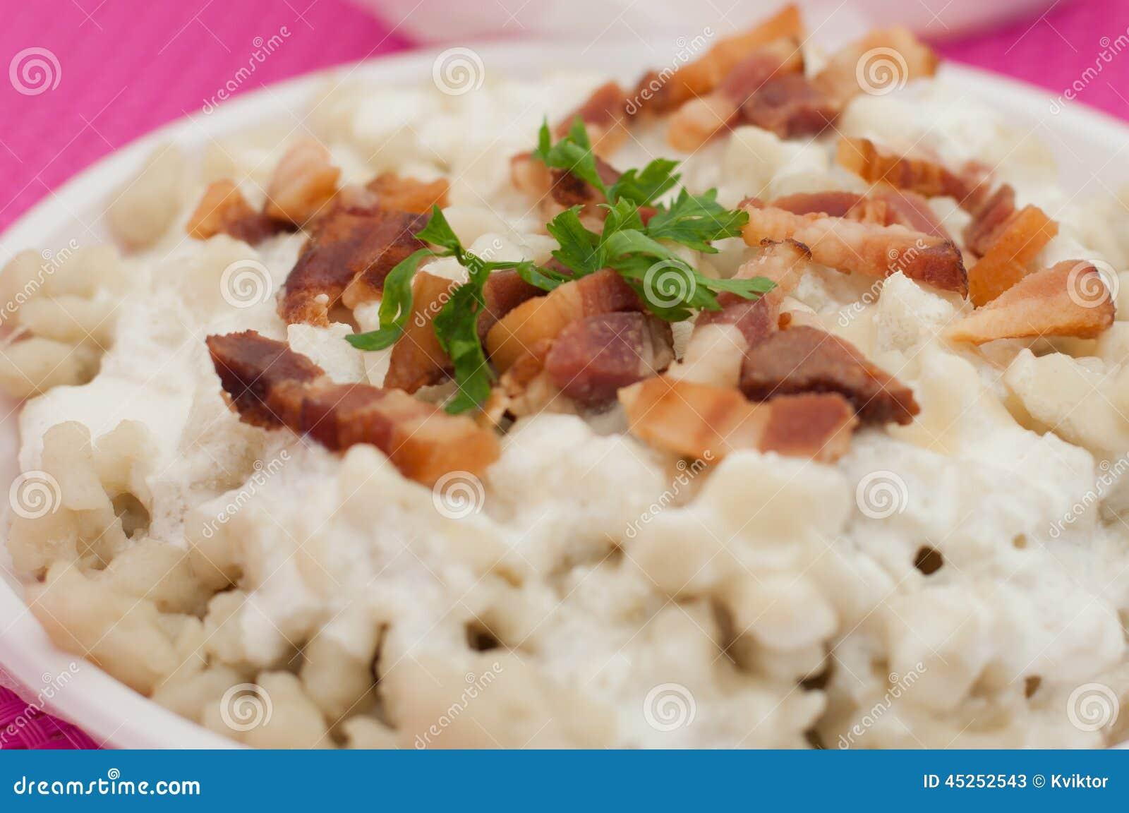 Gnocchi di gnocchi della patata con il formaggio ed il bacon delle pecore