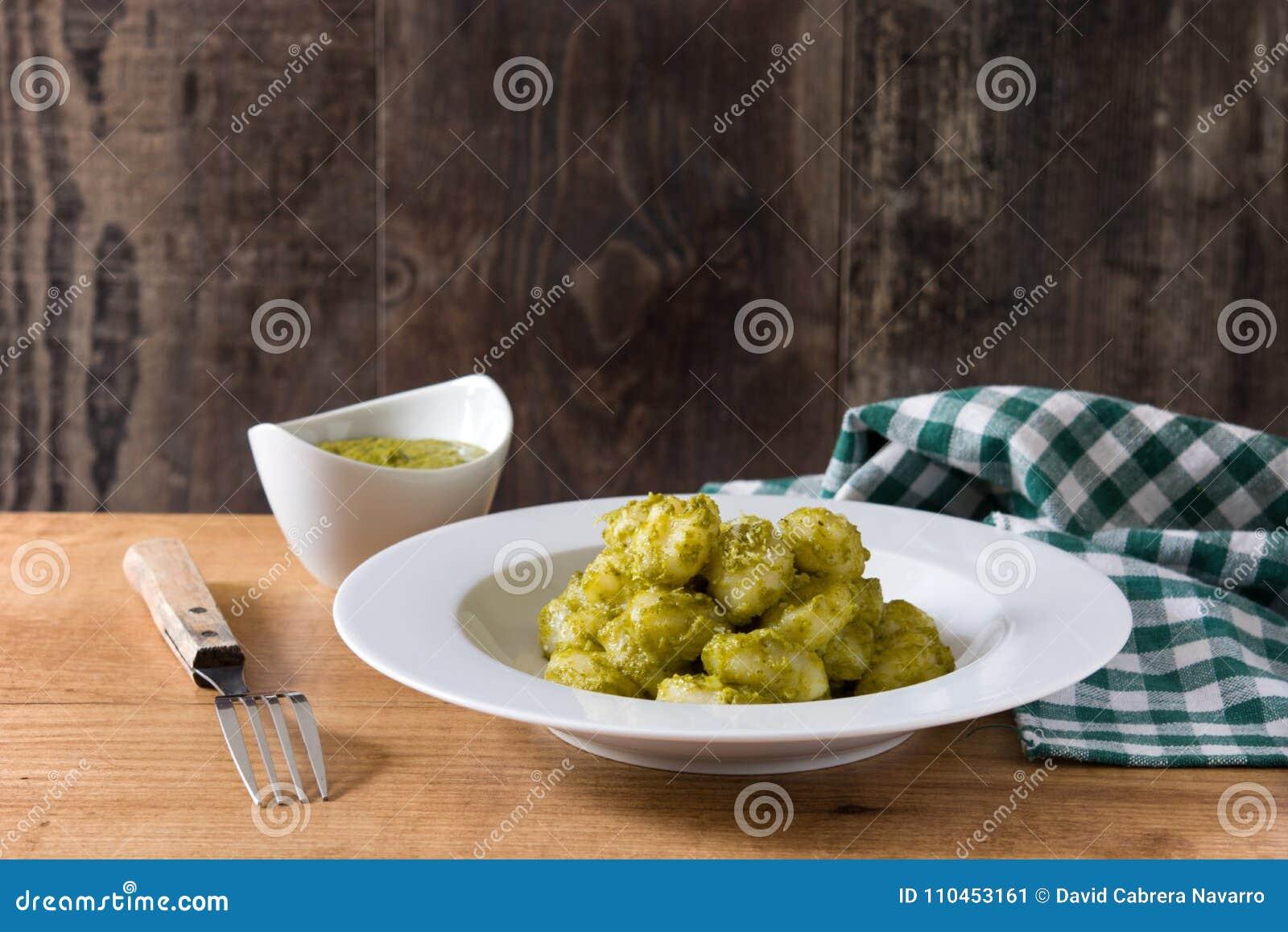 Gnocchi med pestosås i platta på trä