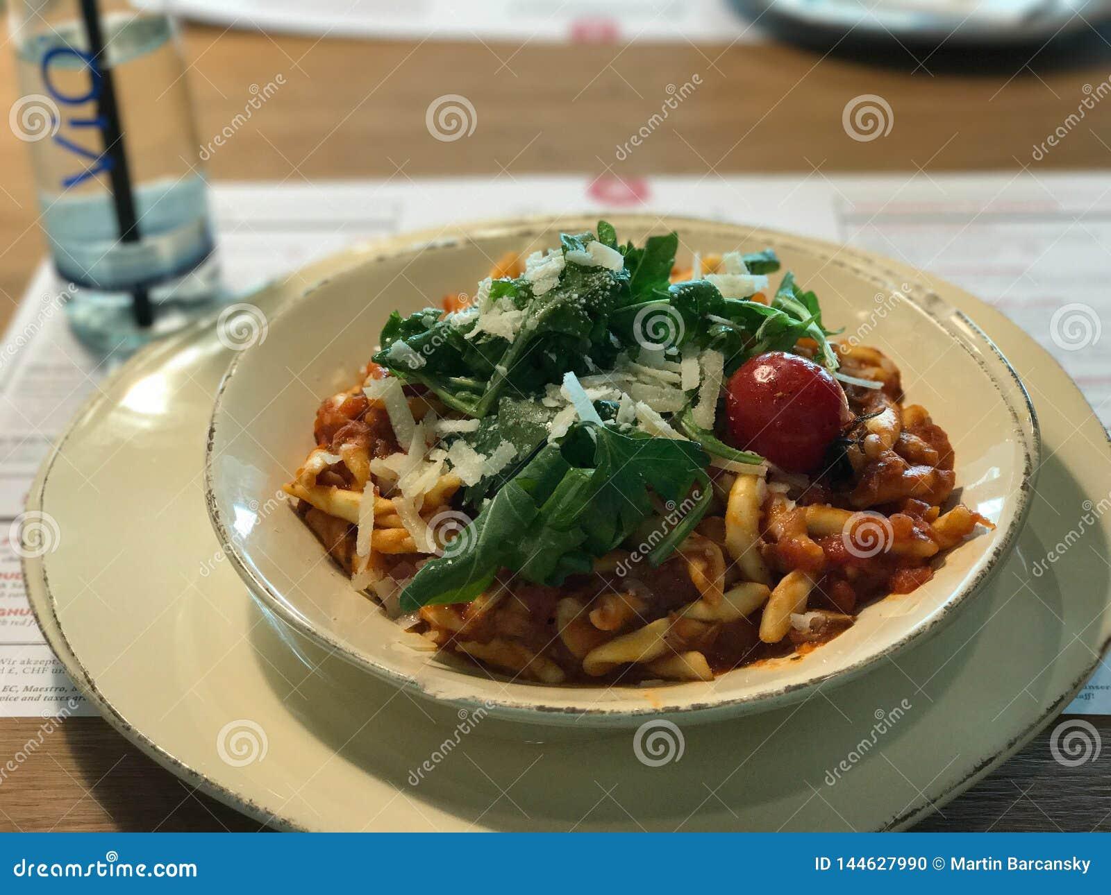 Gnocchi met tomatensaus, parmezaanse kaaskaas, kersentomaat en peterselie
