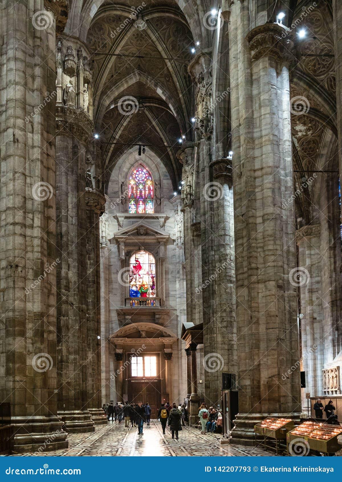 Goście zbliżają wejście wśrodku Mediolańskiej katedry