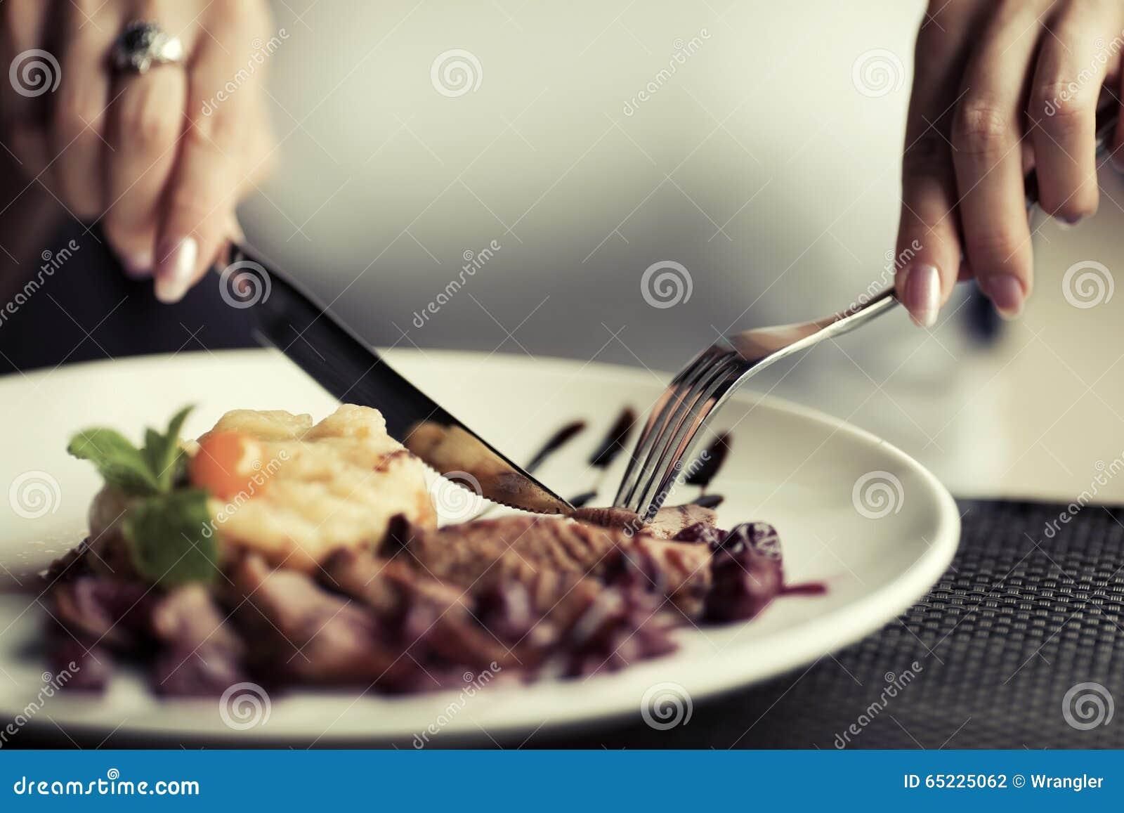 Gość restauracji przy restauracją