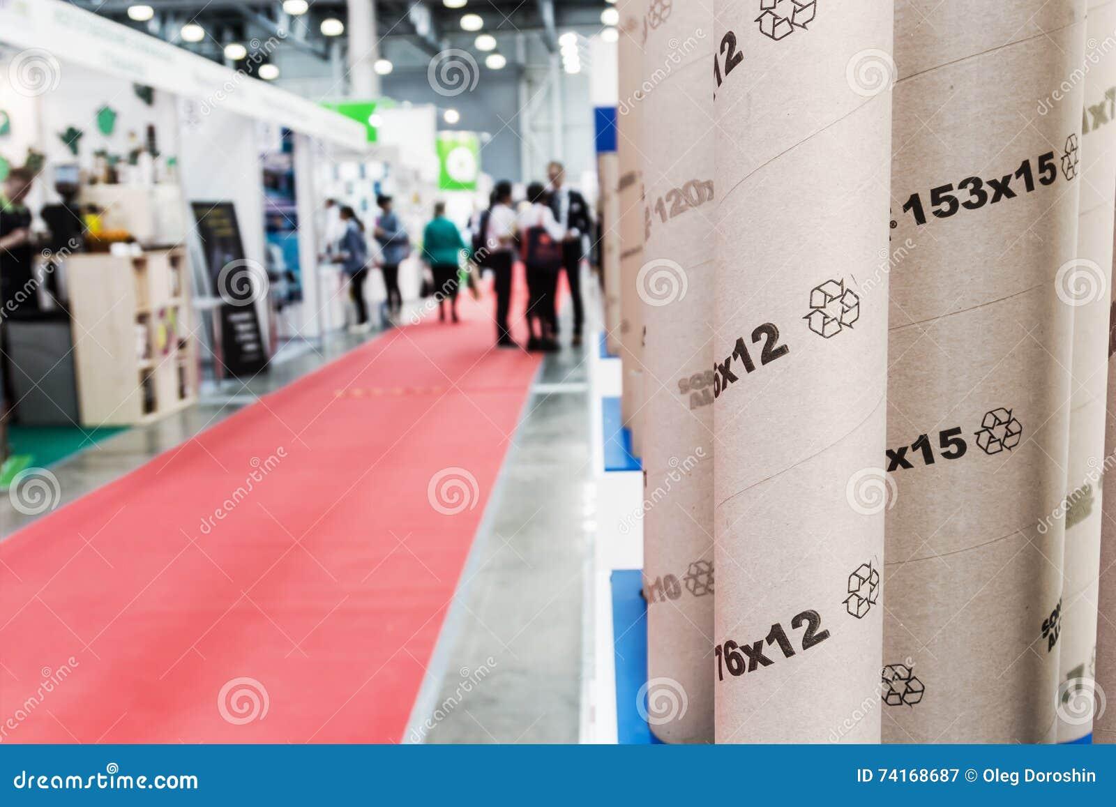 Goście i eksponenty odwiedza przy eksponaty i stojaki