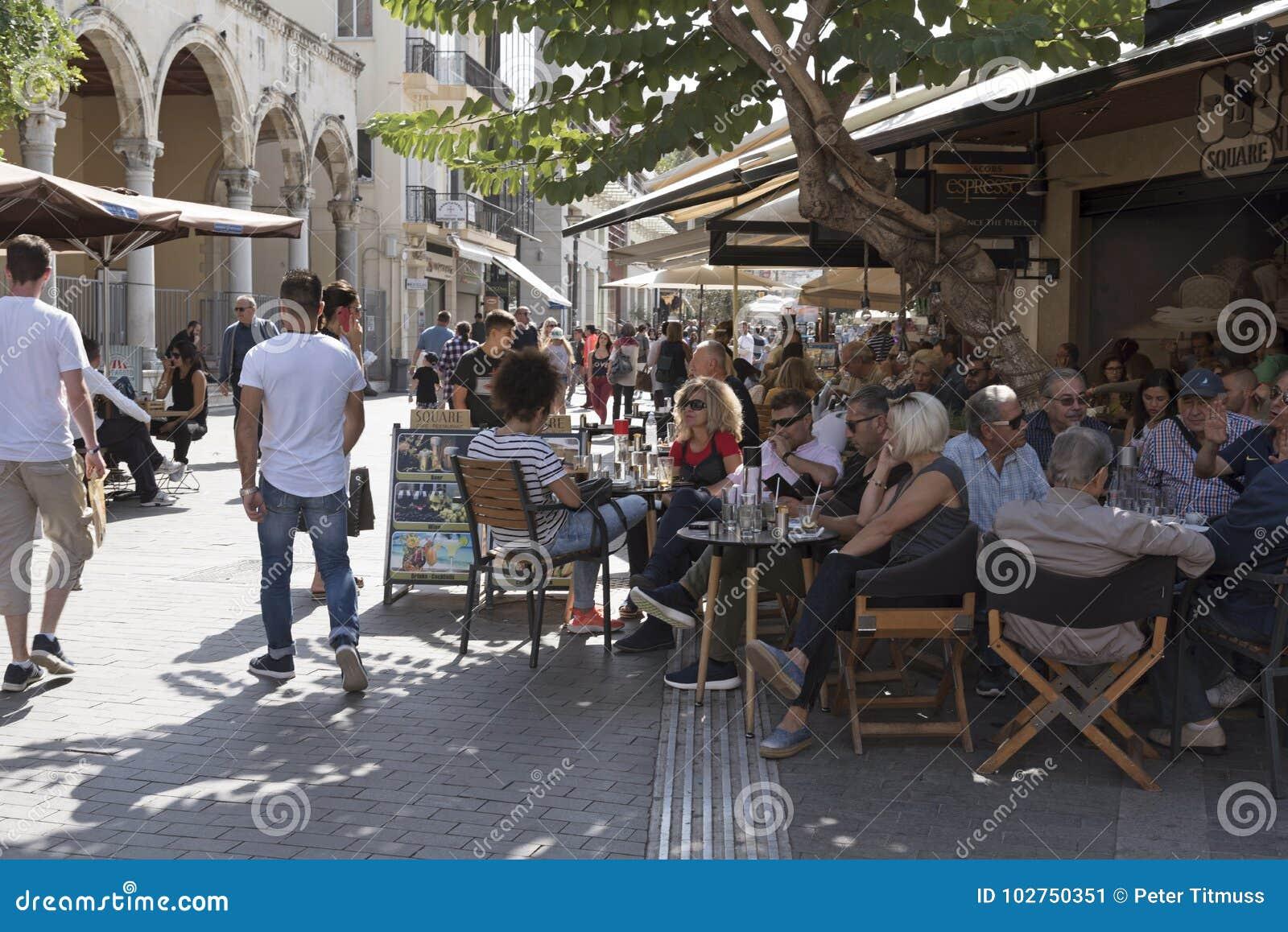 Goście restauracji i pijący w zatłoczonym barze w Heraklion, Crete, Grecja
