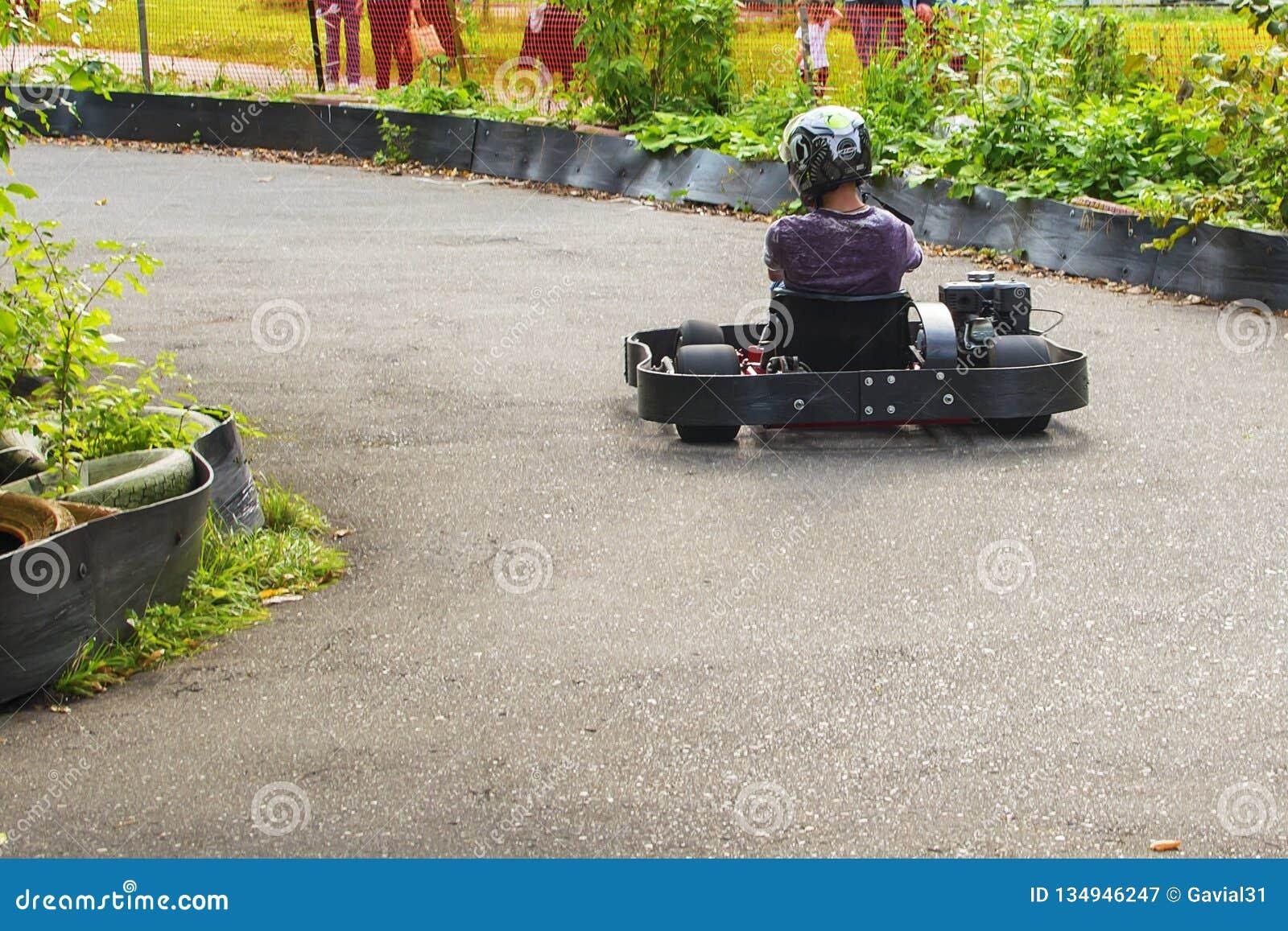 Go-kartraceauto op de weg in aard