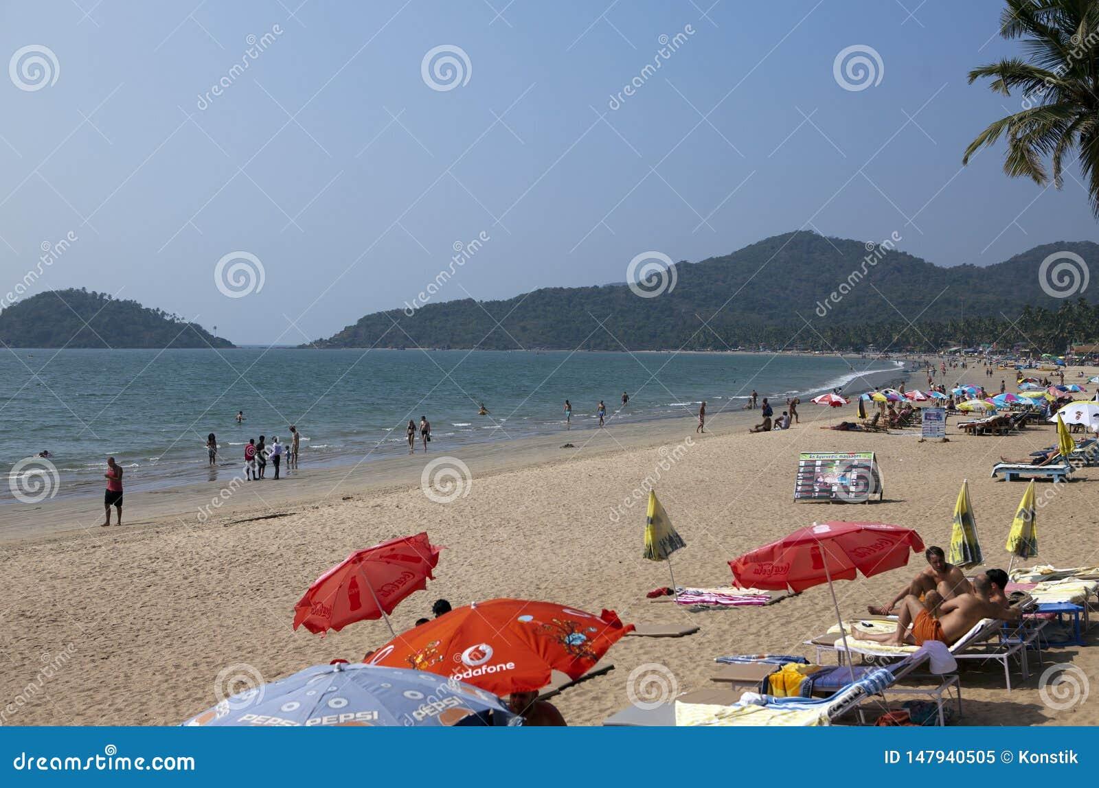 GOA, ΙΝΔΊΑ - 31 ΙΑΝΟΥΑΡΊΟΥ 2014: Vacationers, πωλητές, καφές στην τροπική παραλία Palolem