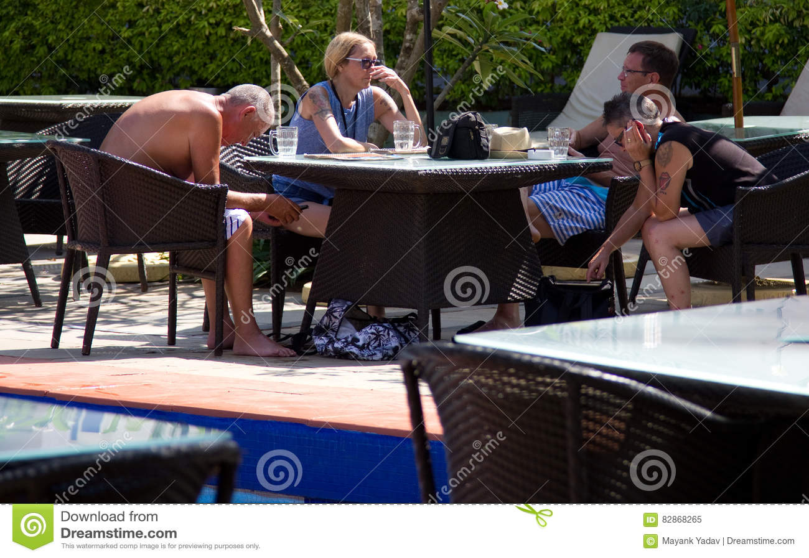 Goa, Inde - 16 décembre 2016 : Une famille des touristes des vacances se reposant à côté de l espace piscine dans un hôtel