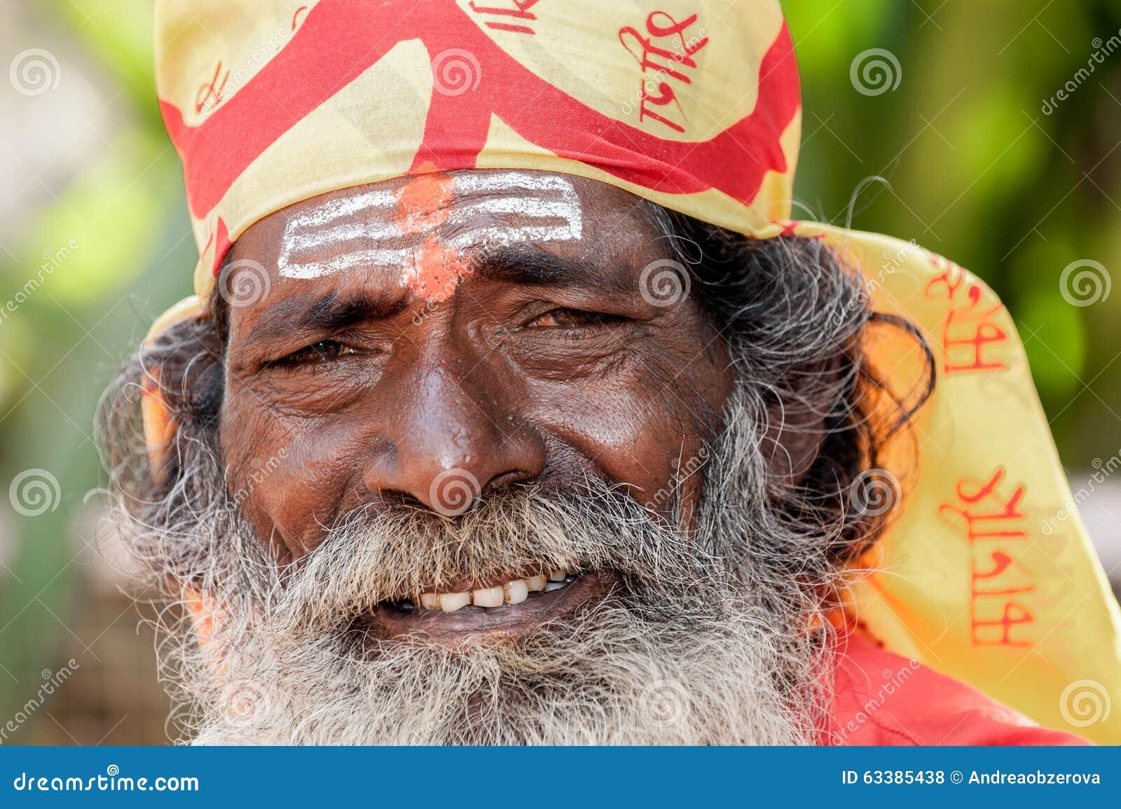 Goa Indien - Januari 2008 - le ståenden av en indisk sadhu, helig man