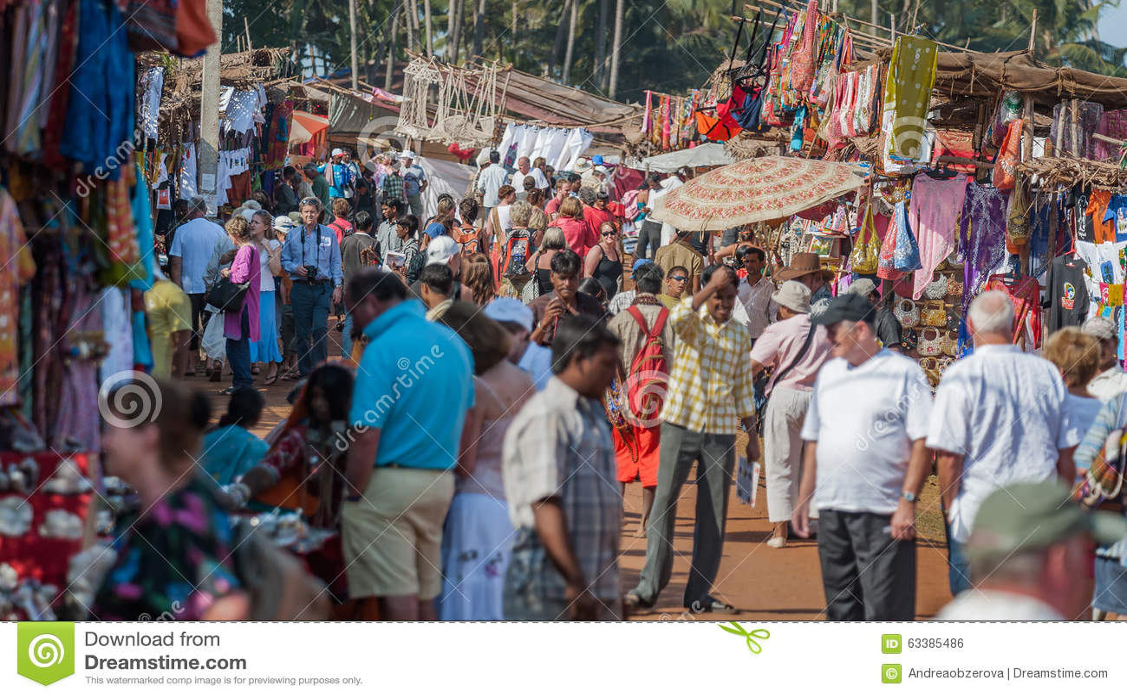 Goa, la India - enero de 2008 - turistas y comerciantes locales en el mercado de pulgas semanal famoso en Anjuna