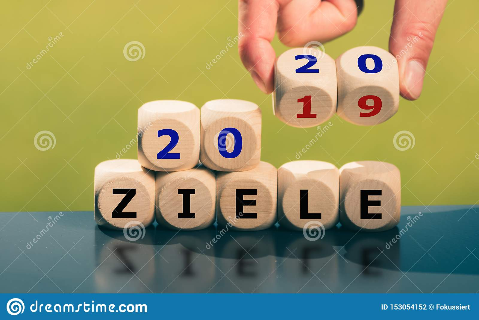 Goals for the year 2020. Hand turns dice and changes the German expression `2019 ziele` goals to `2020 Ziele`