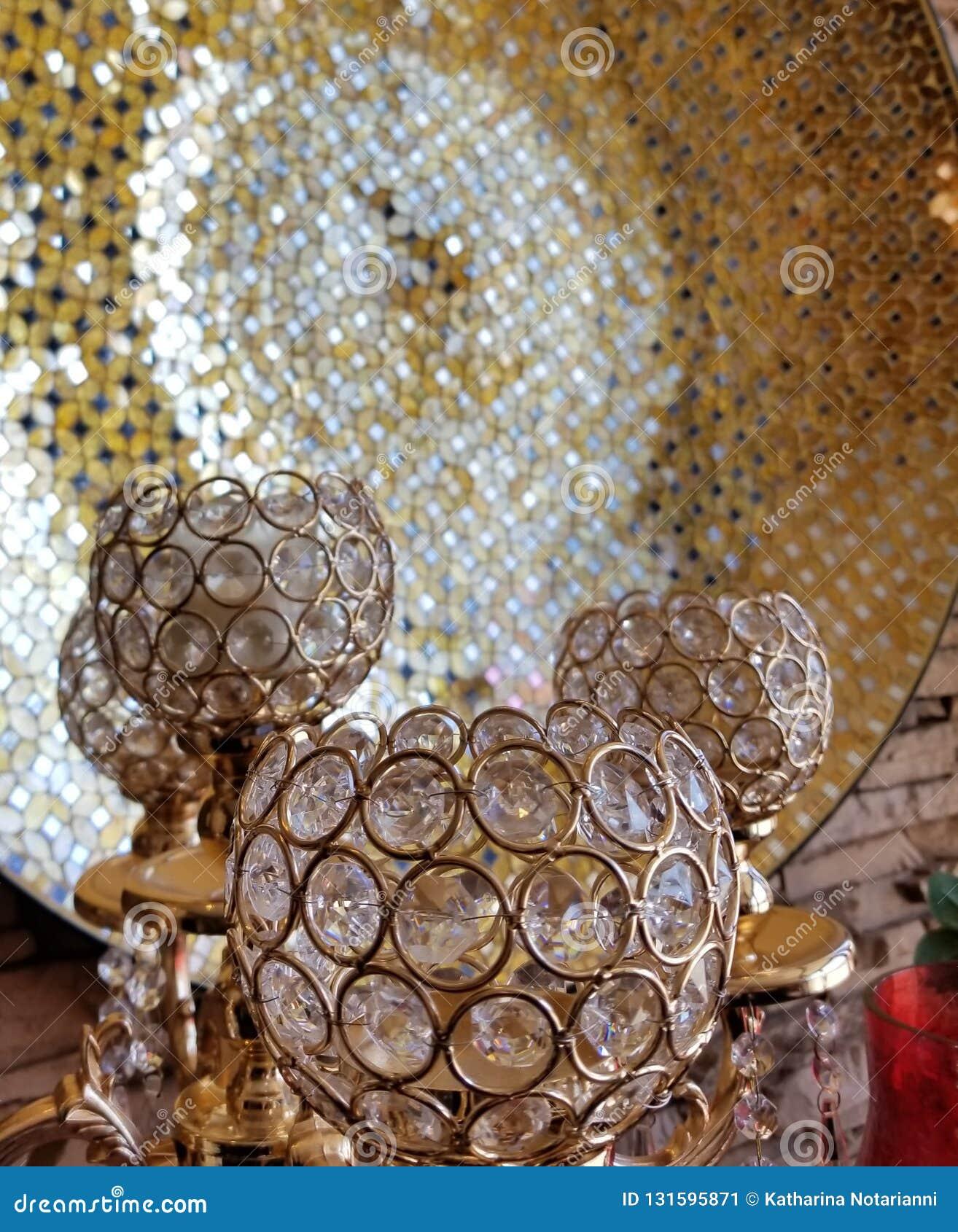 Gobelets en verre avec de l or abstrait de fond et les éléments reflétés noirs