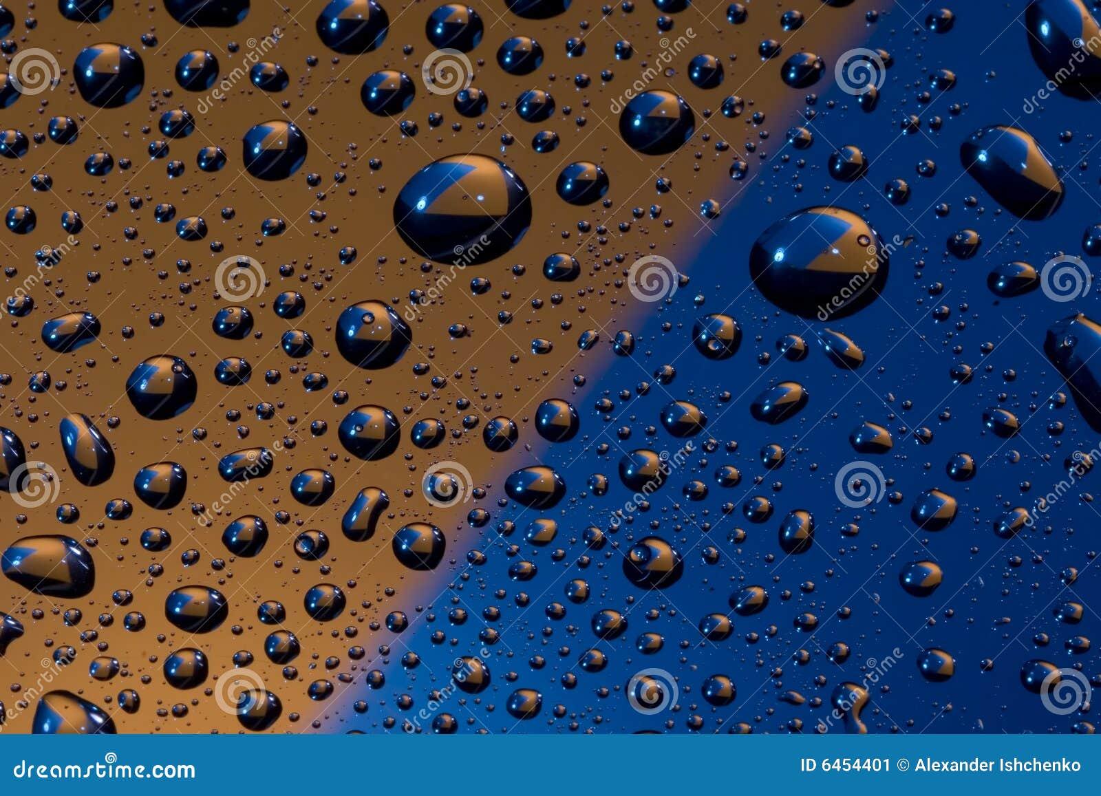 Gocce dell acqua su arancione e su blu.