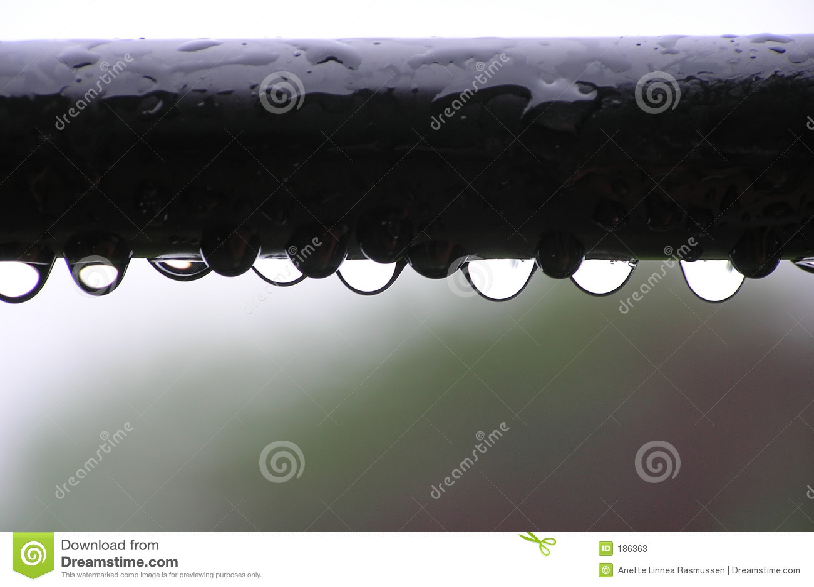 Gocce dell acqua sulla barra di metallo