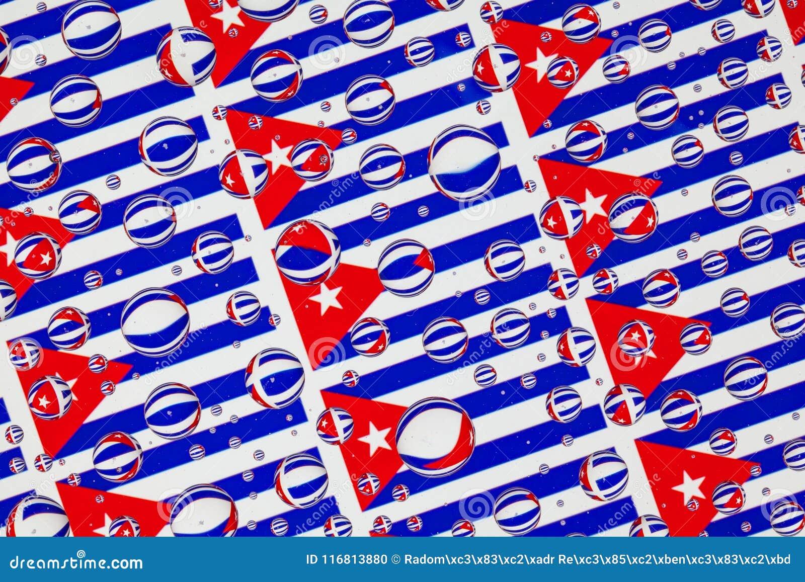 Gocce di pioggia in pieno delle bandiere cubane