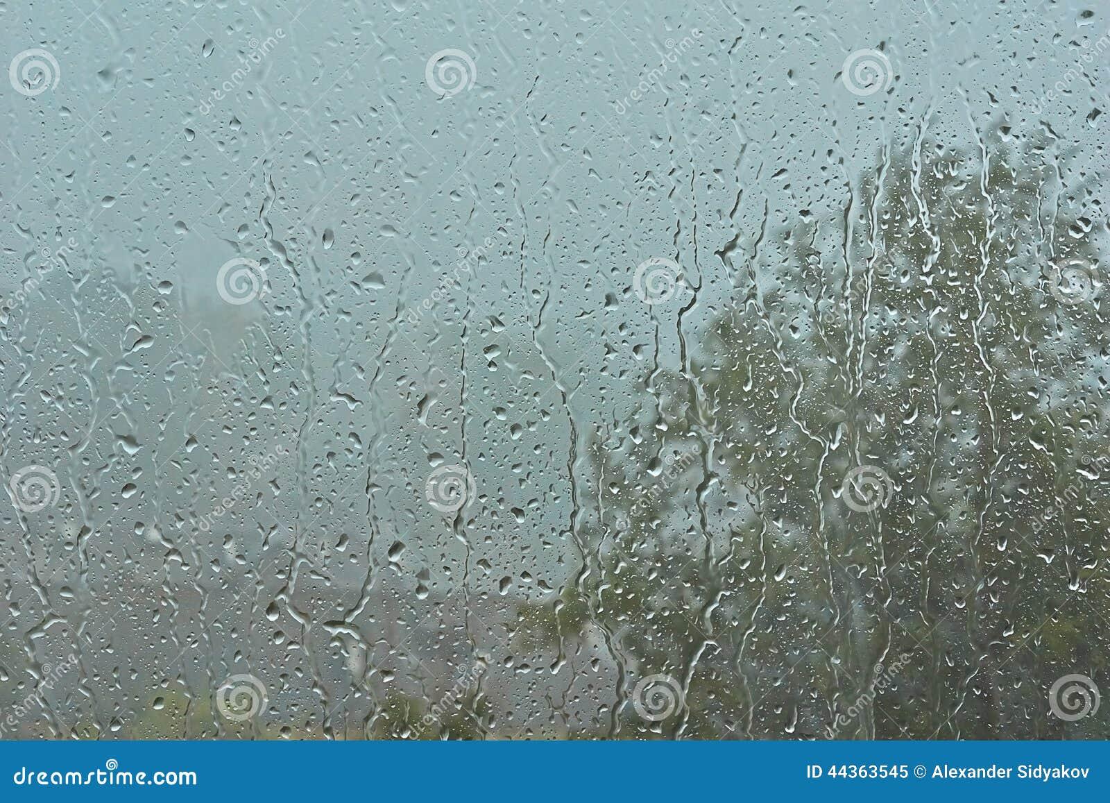 Gocce di pioggia sul vetro di finestra