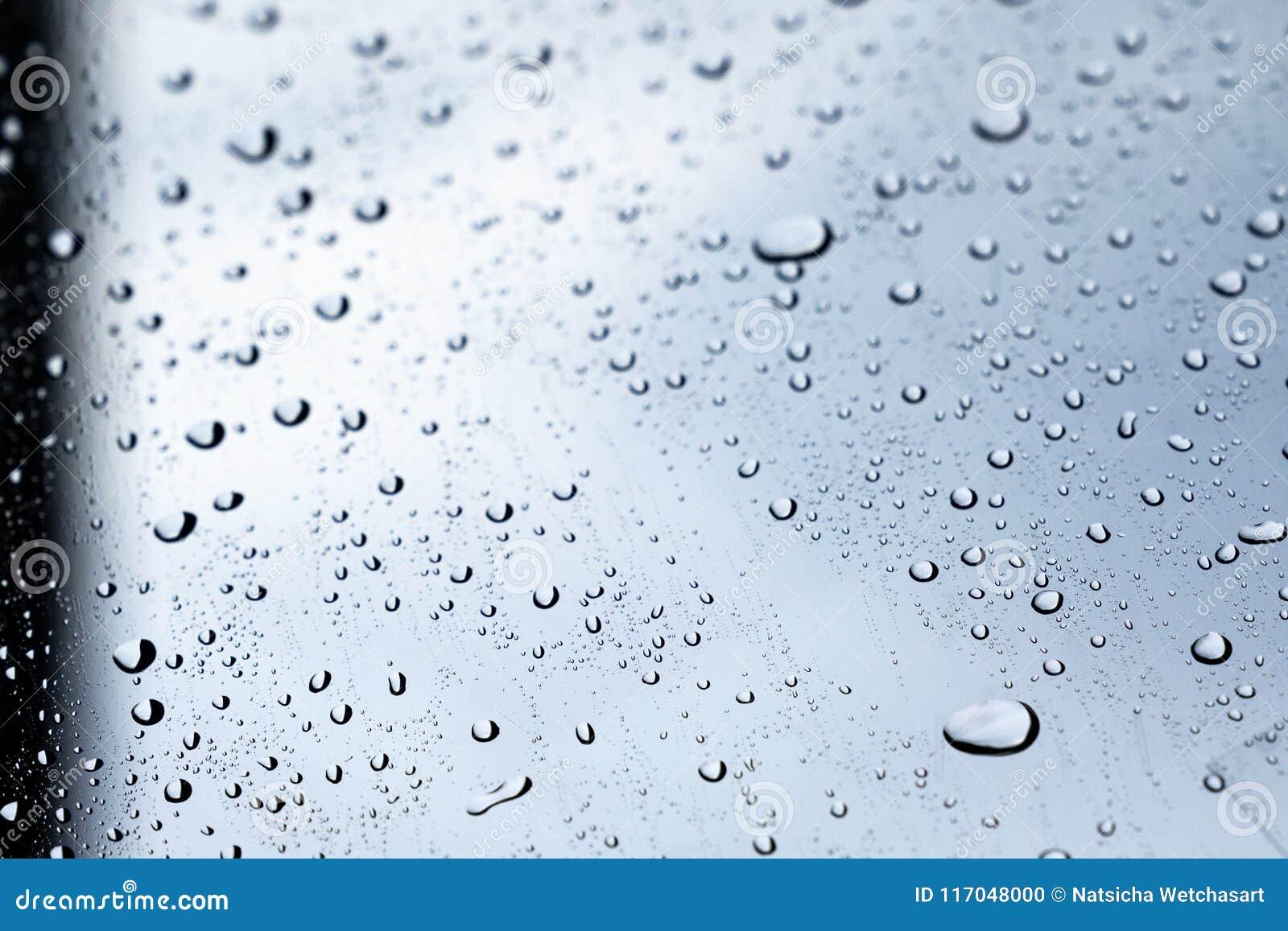 Gocce di pioggia sullo schermo del vento del vetro trasparente dell automobile, goccioline della pioggia