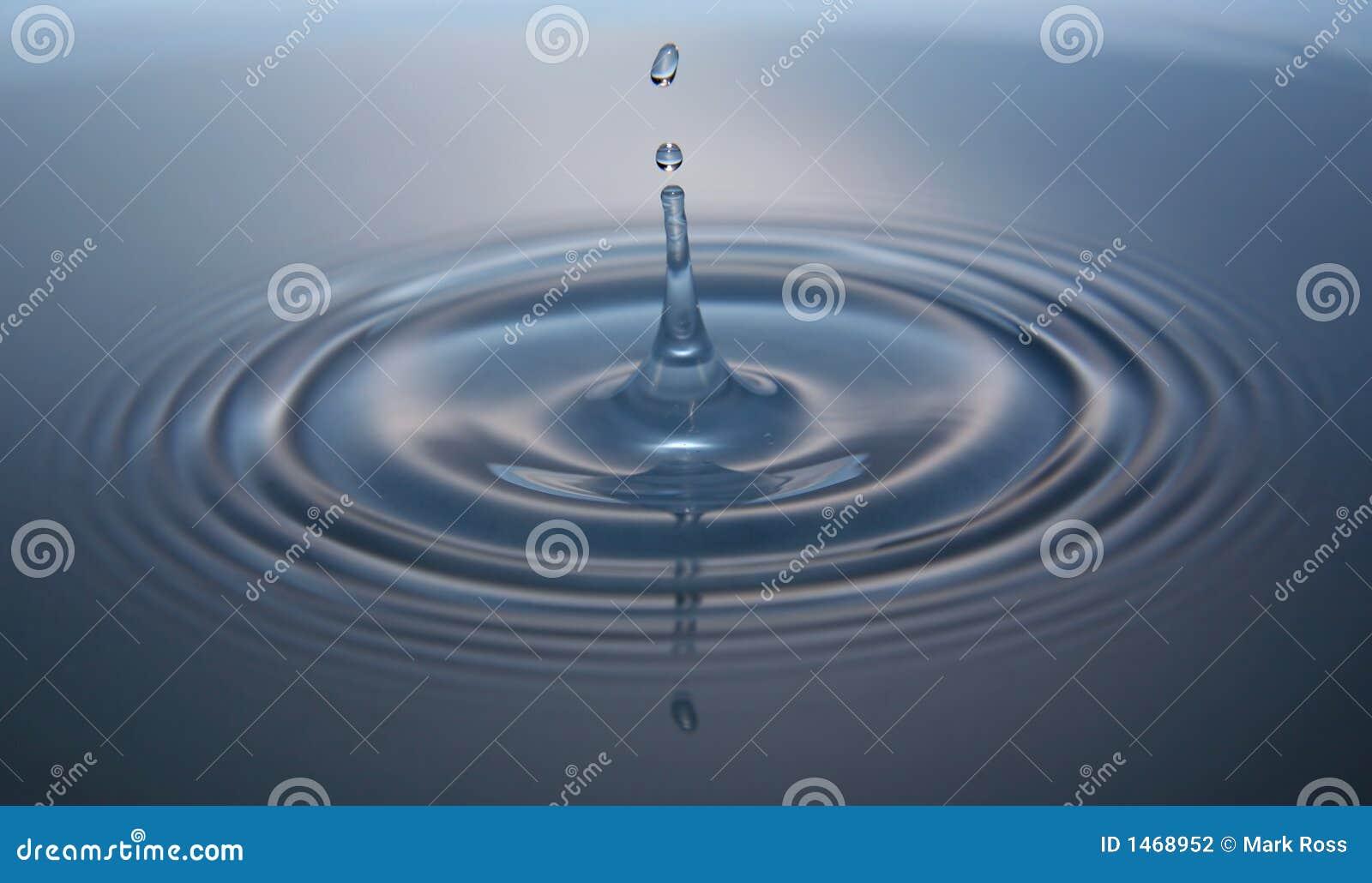 Goccia dell acqua con l ondulazione