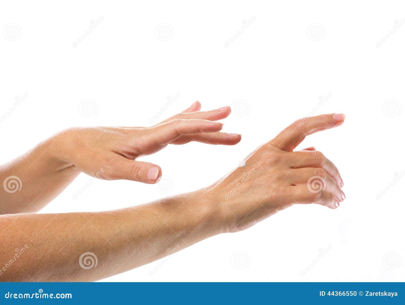 Goccia della crema sulla mano della donna