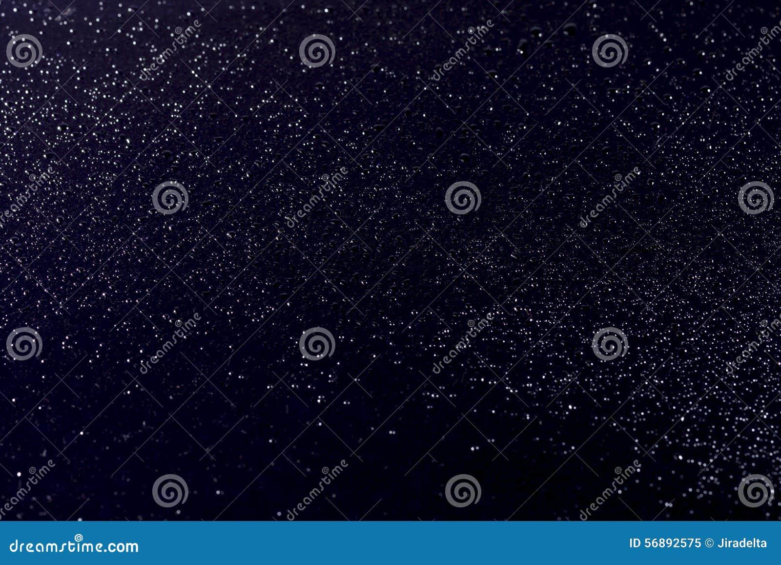 Goccia di pioggia sulla banda nera