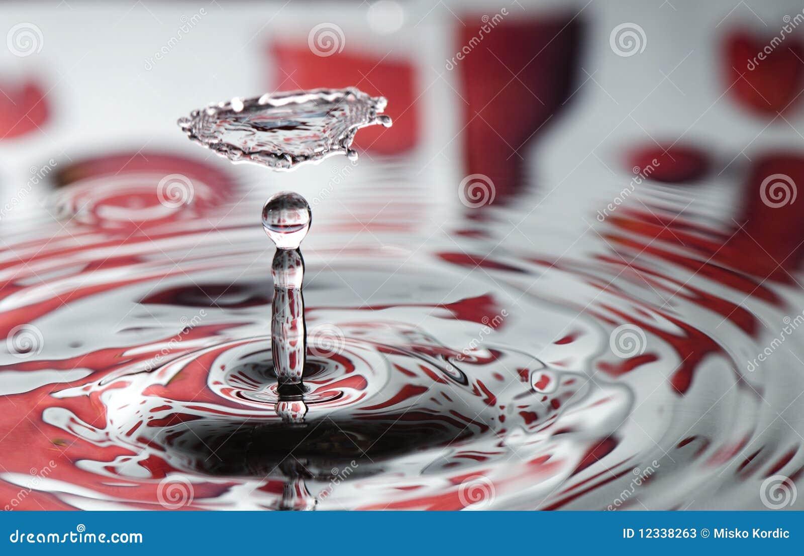 Goccia rossa dell acqua del biglietto di S. Valentino