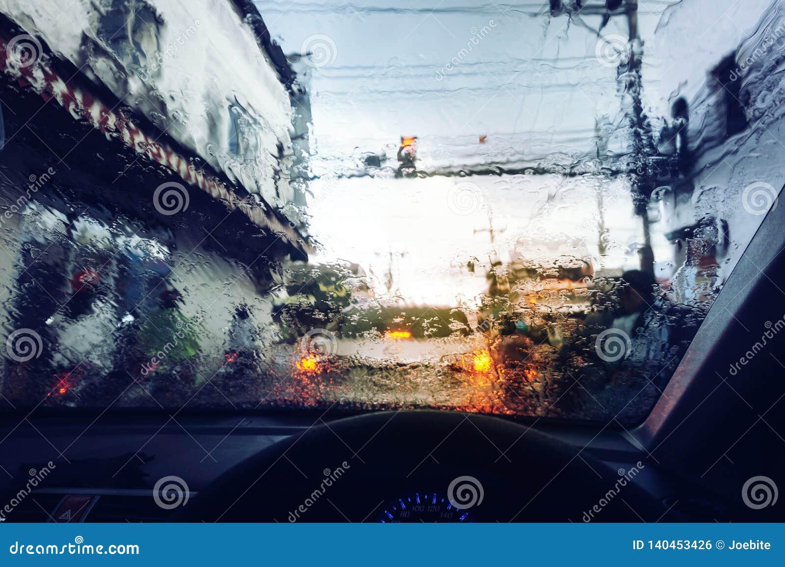 Goccioline della pioggia sul parabrezza dell automobile