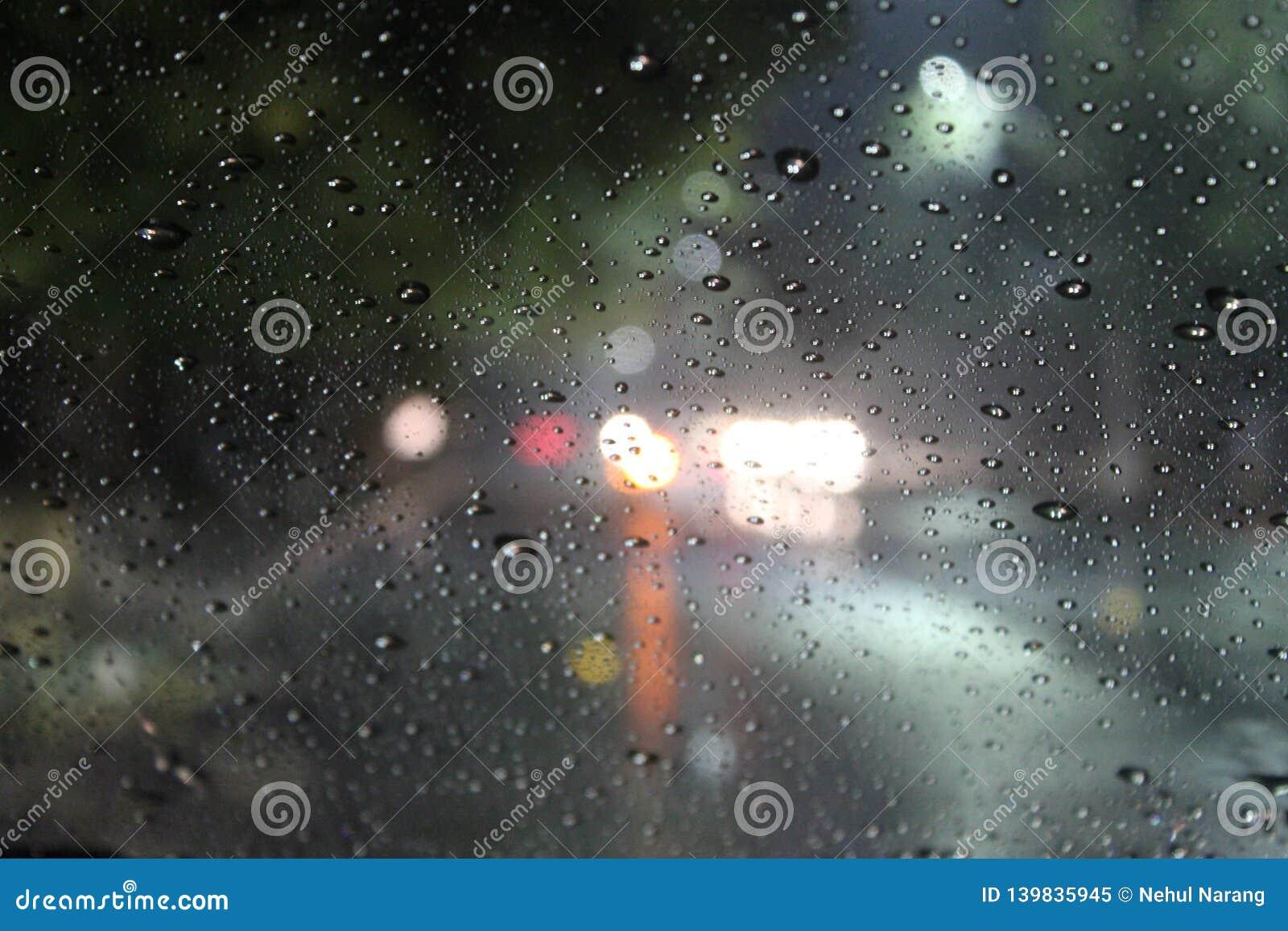 Goccioline di acqua su una finestra di vetro su una notte piovosa perfetta per le citazioni