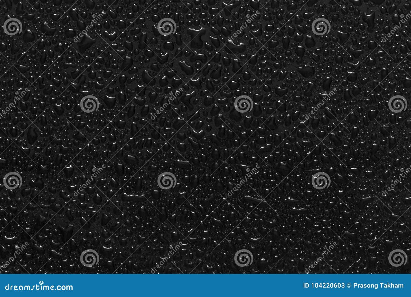 Goccioline di acqua sul nero