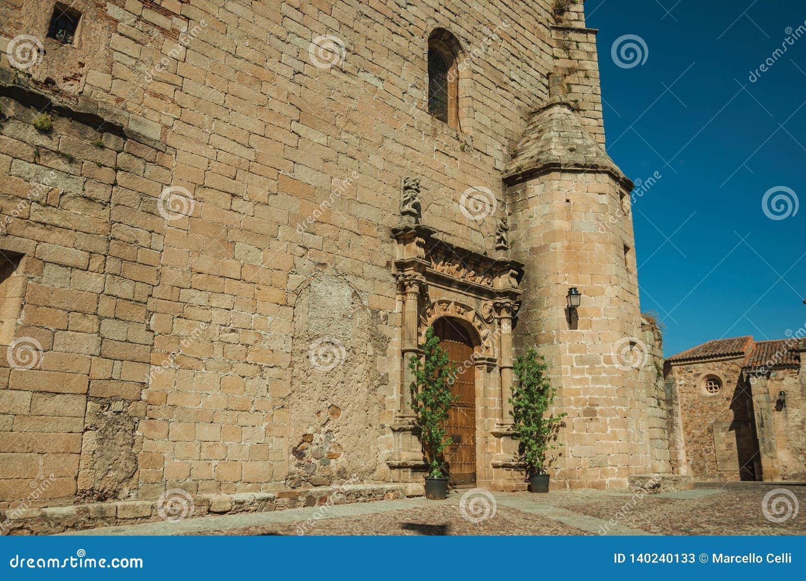 Gocka kościelna fasada z dekorującym drewnianym drzwi przy Caceres