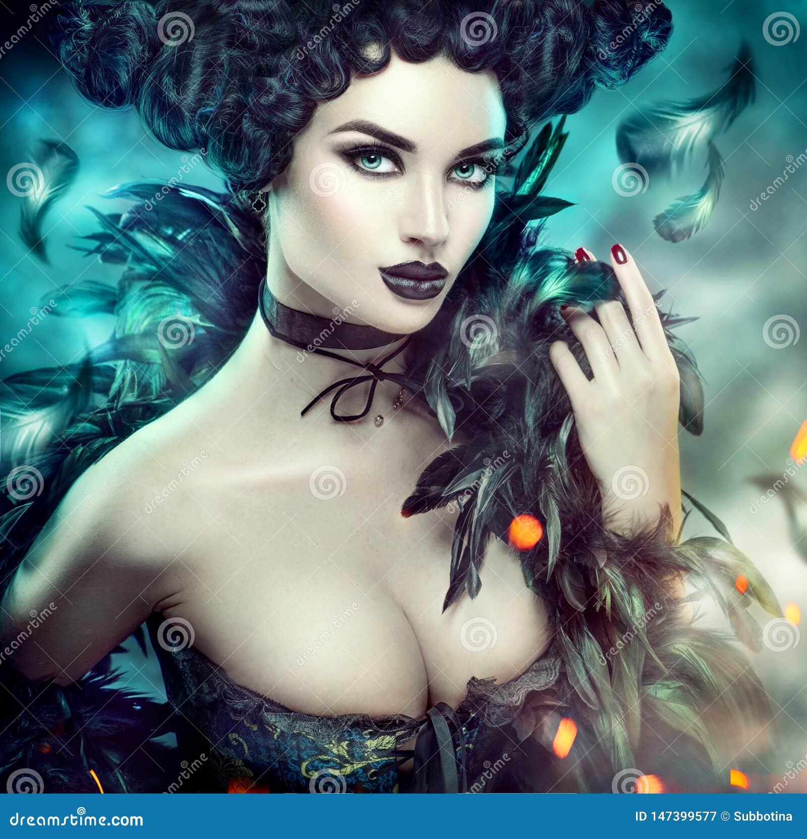 Gocka seksowna młoda kobieta halloween Piękna wzorcowa dziewczyna z fantazji makeup w goth kostiumu z czarnymi piórkami