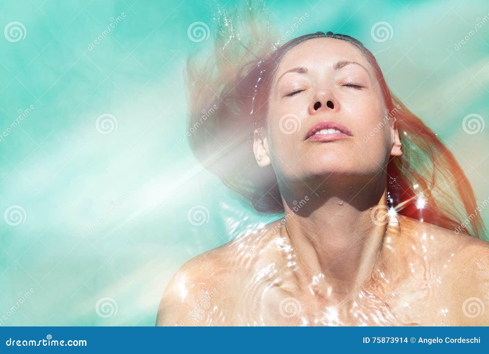 Goda dell estate Donna che si rilassa nell acqua dello stagno