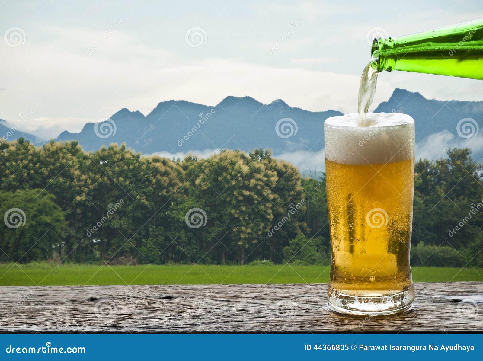 Goda della birra con il paesaggio della montagna