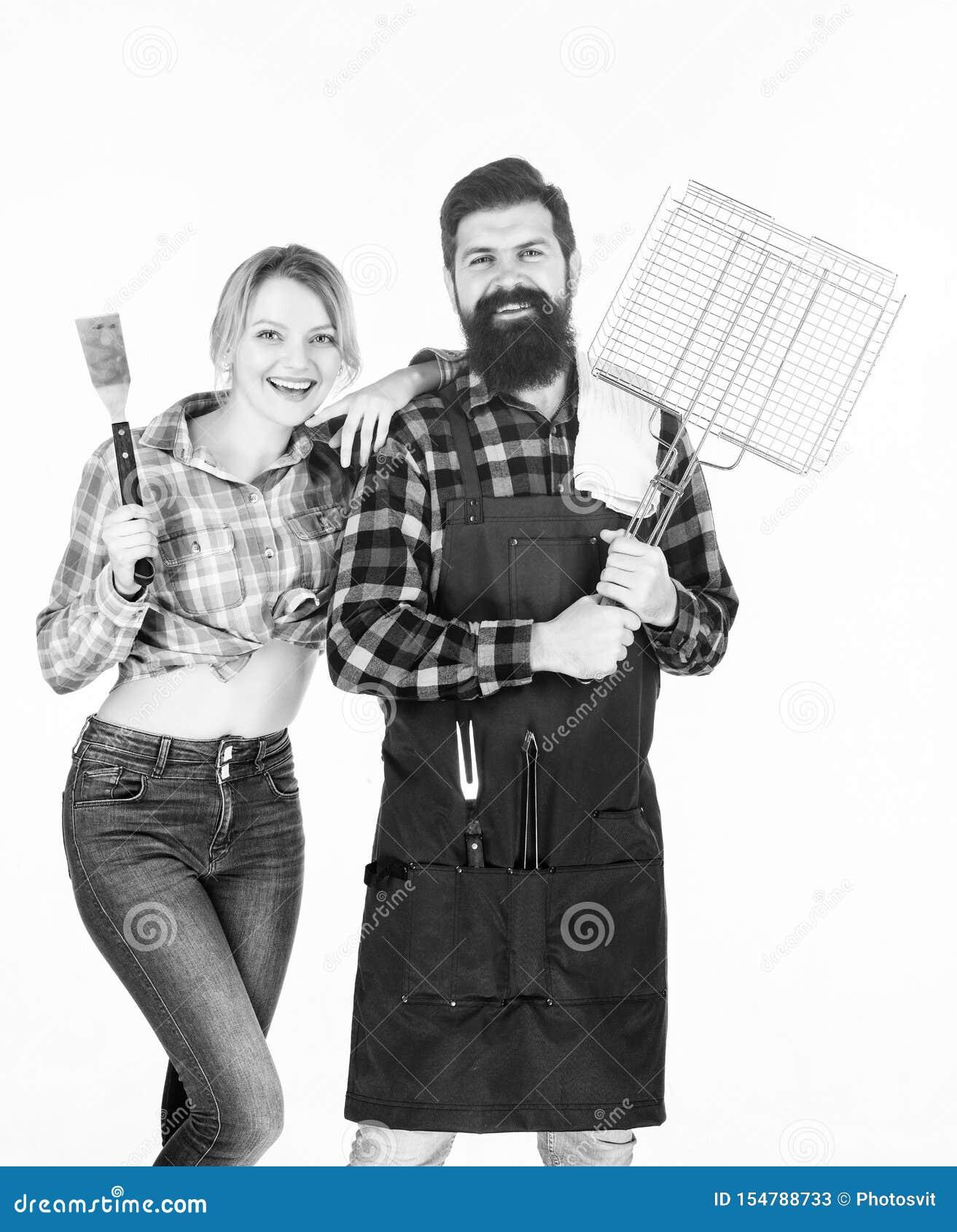Godendo del fine settimana piacevole insieme Coppie in utensili della cucina della tenuta di amore Strumenti per la torrefazione