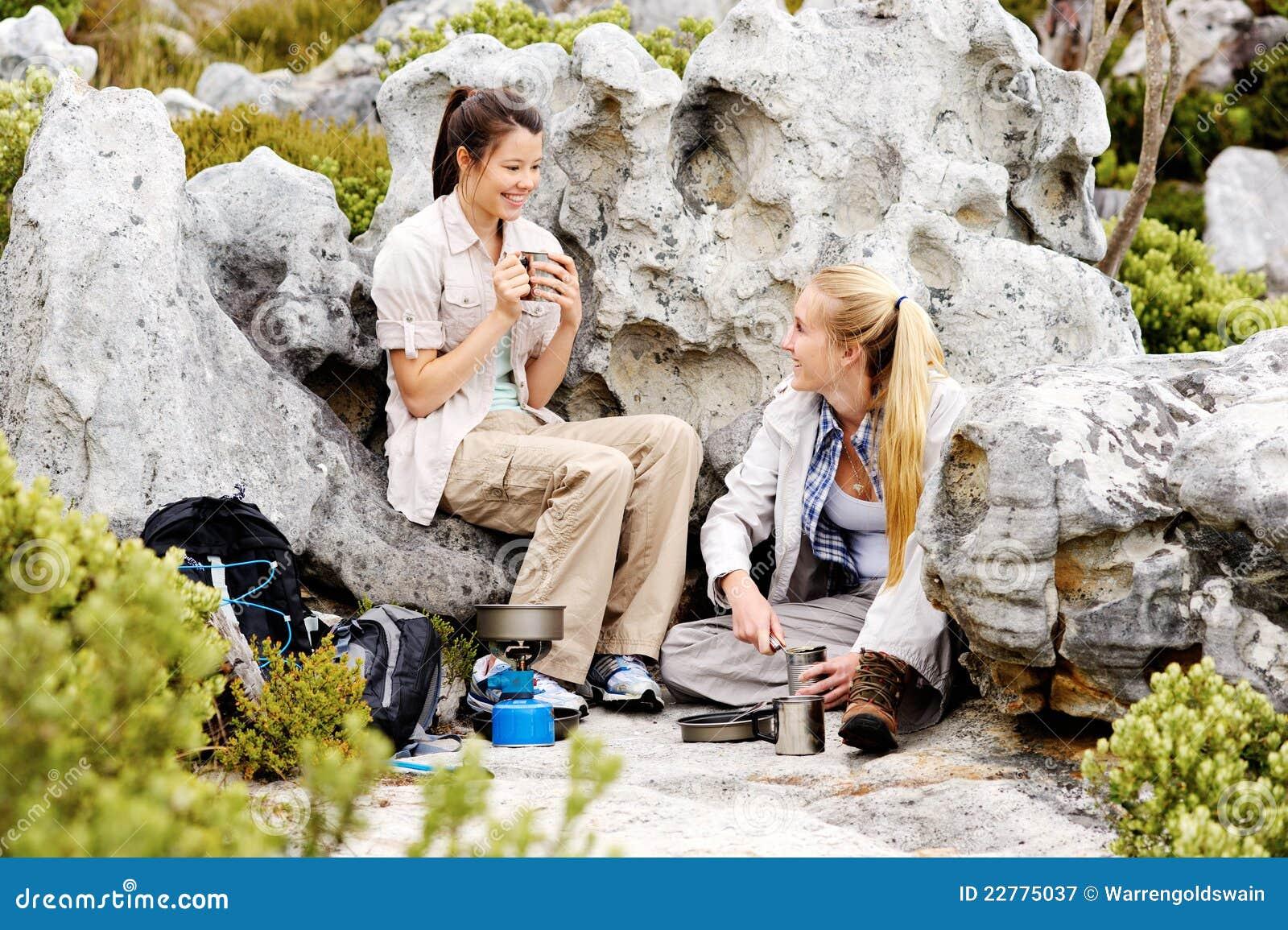 Godendo di una bevanda calda dopo i giorni freddi faccia un escursione