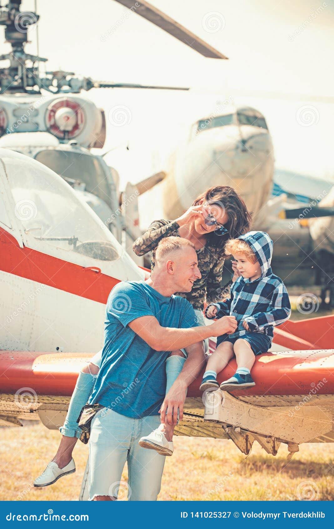 Godere del viaggio dall aria Vacanza di famiglia felice Coppie della famiglia con il figlio sul viaggio di vacanza Donna ed uomo