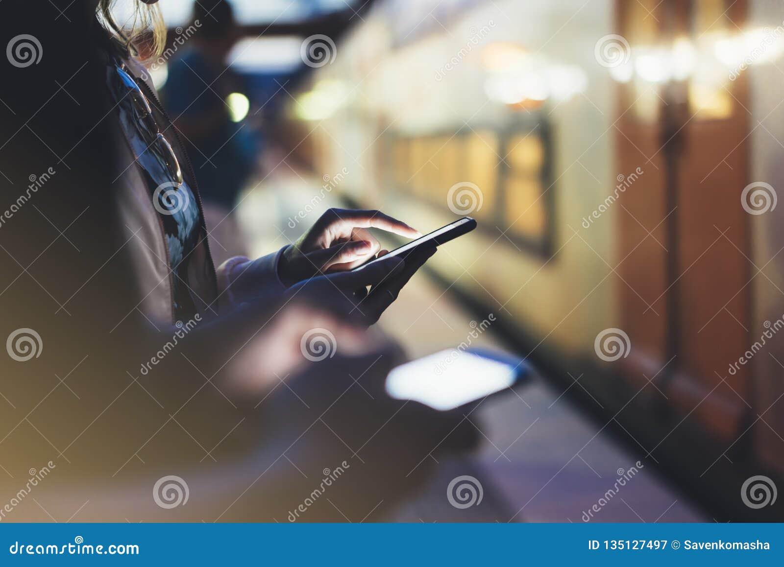 Godere del viaggio Giovane donna che aspetta sul binario della stazione sul treno commovente elettrico della luce del fondo facen