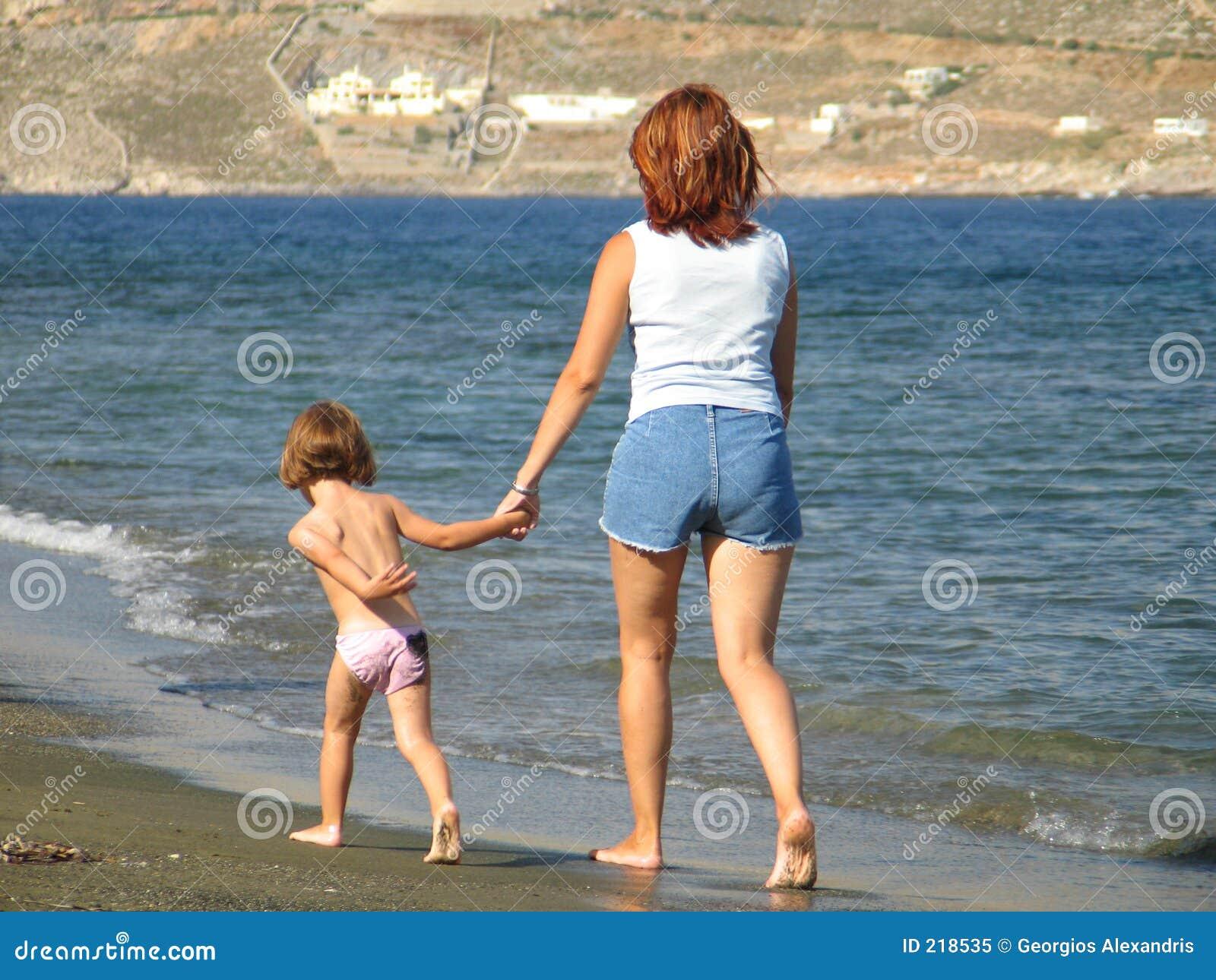 Godere di una camminata sulla spiaggia