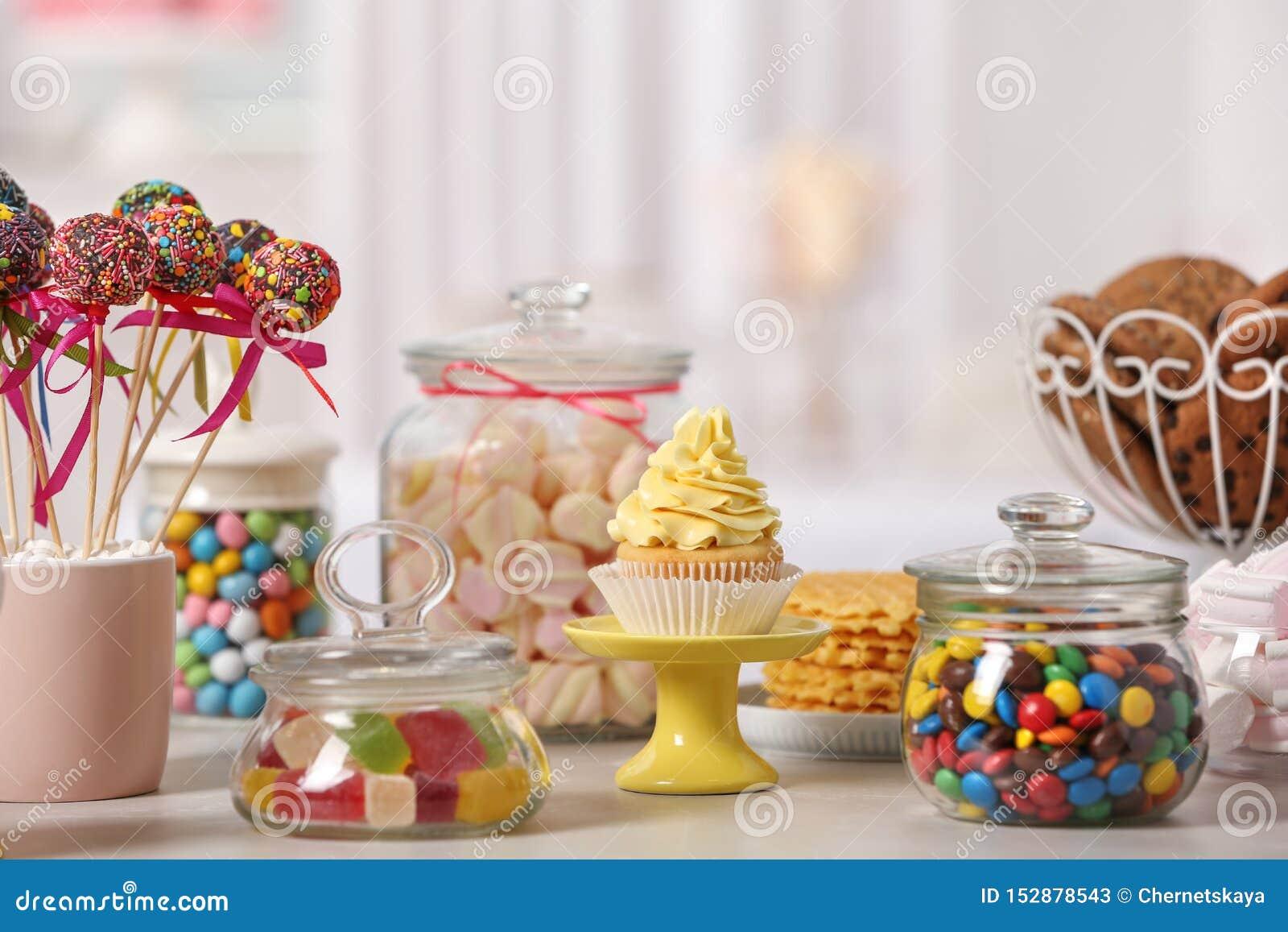 Godisstång med olika sötsaker på den vita tabellen