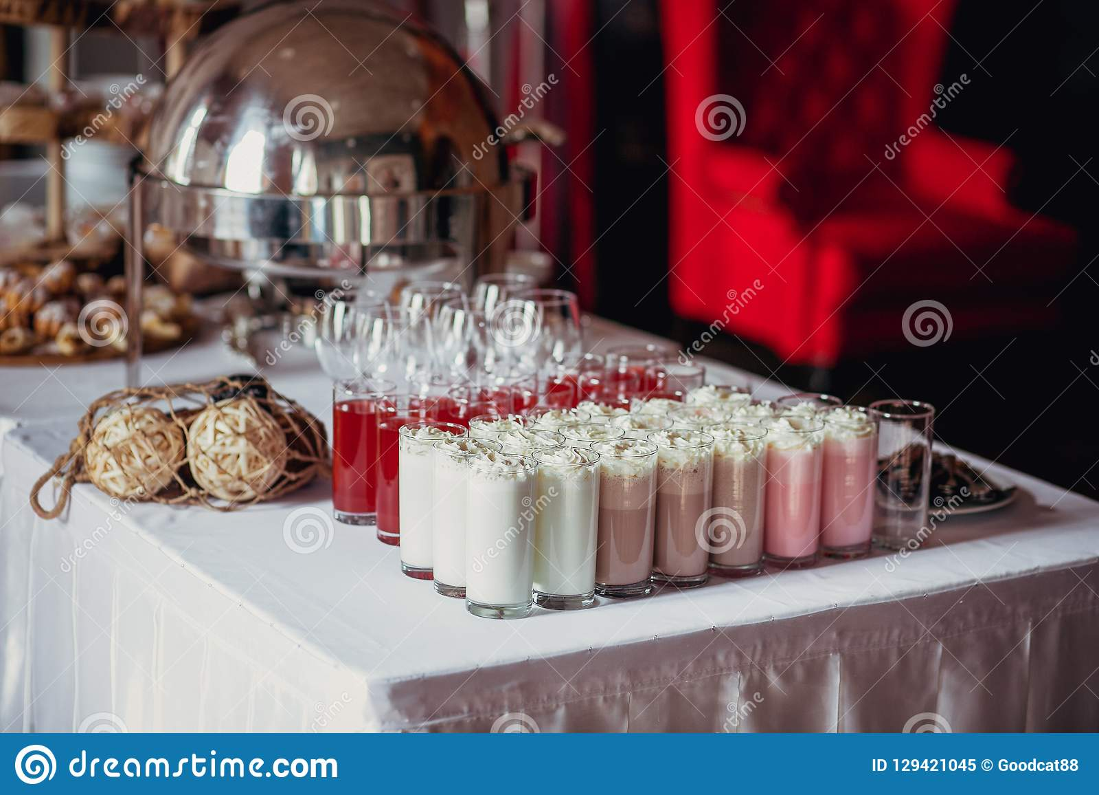Godisstång på födelsedagpartiet med mycket olik godisar, muffin, souffle och kakor, milkshakar och fruktsaft i glass koppar deco