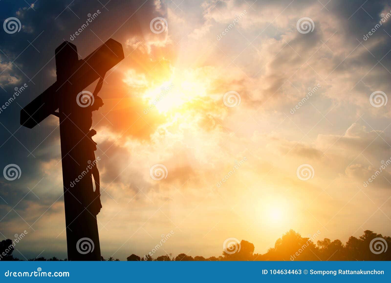 Download Godsdienstig Dwarssilhouet Tegen Een Hemel Van De Bochtenzonsopgang Stock Afbeelding - Afbeelding bestaande uit bijbel, kruisiging: 104634463