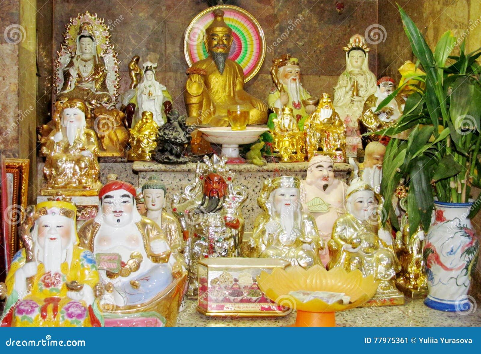 Godsdienstige Aziatische standbeelden in een tempel