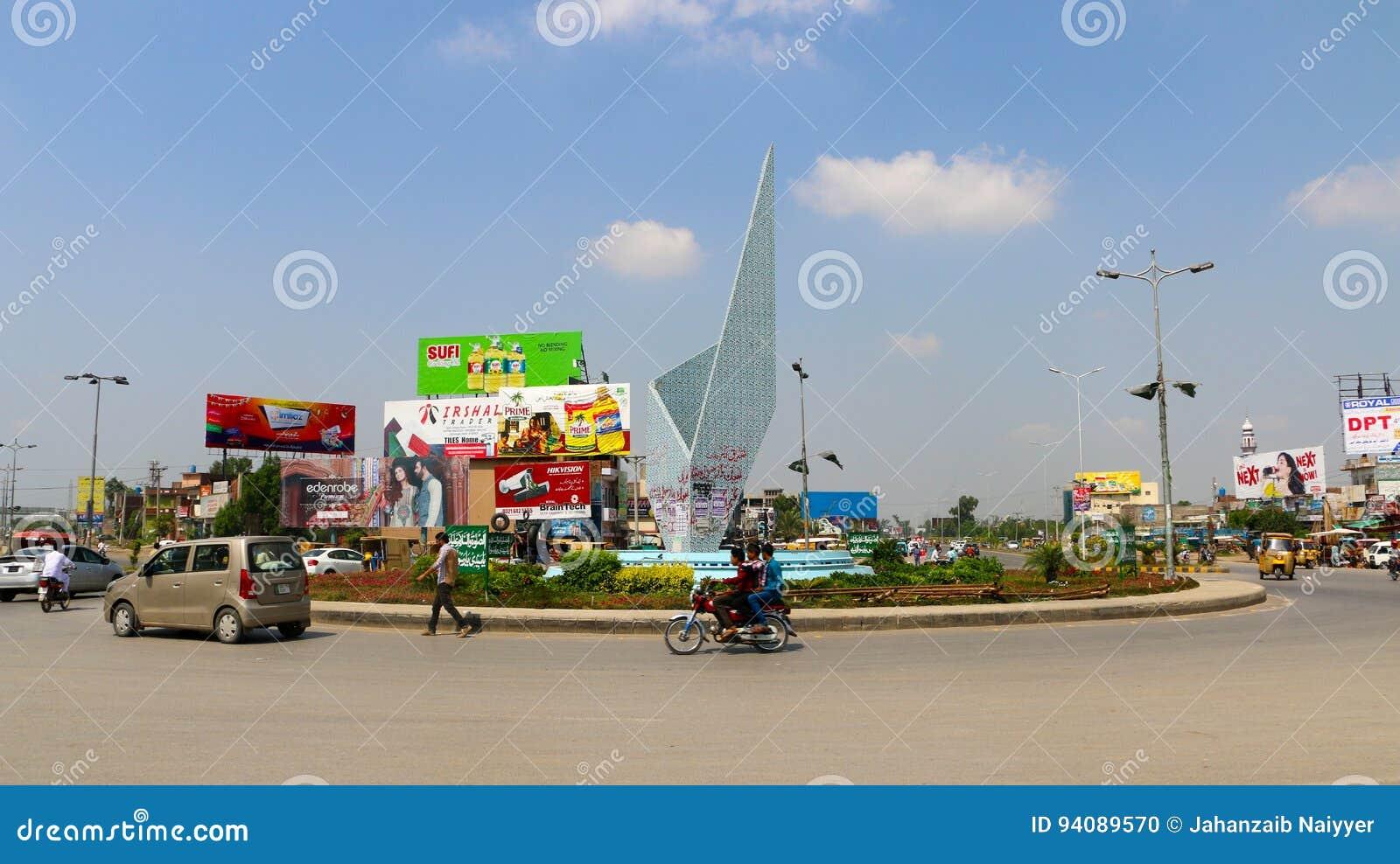 Godzina szczytu ruch drogowy przy Chan Da Qila kwadratem Gujranwala
