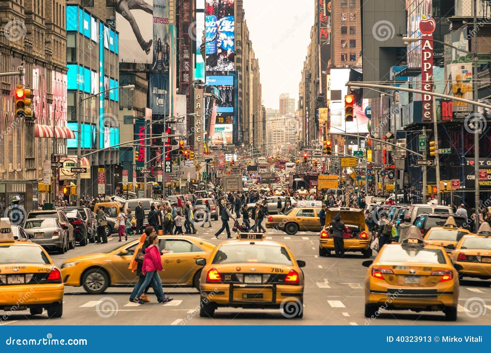 Godzina szczytu z taksówkami i tygli ludźmi w Nowy Jork