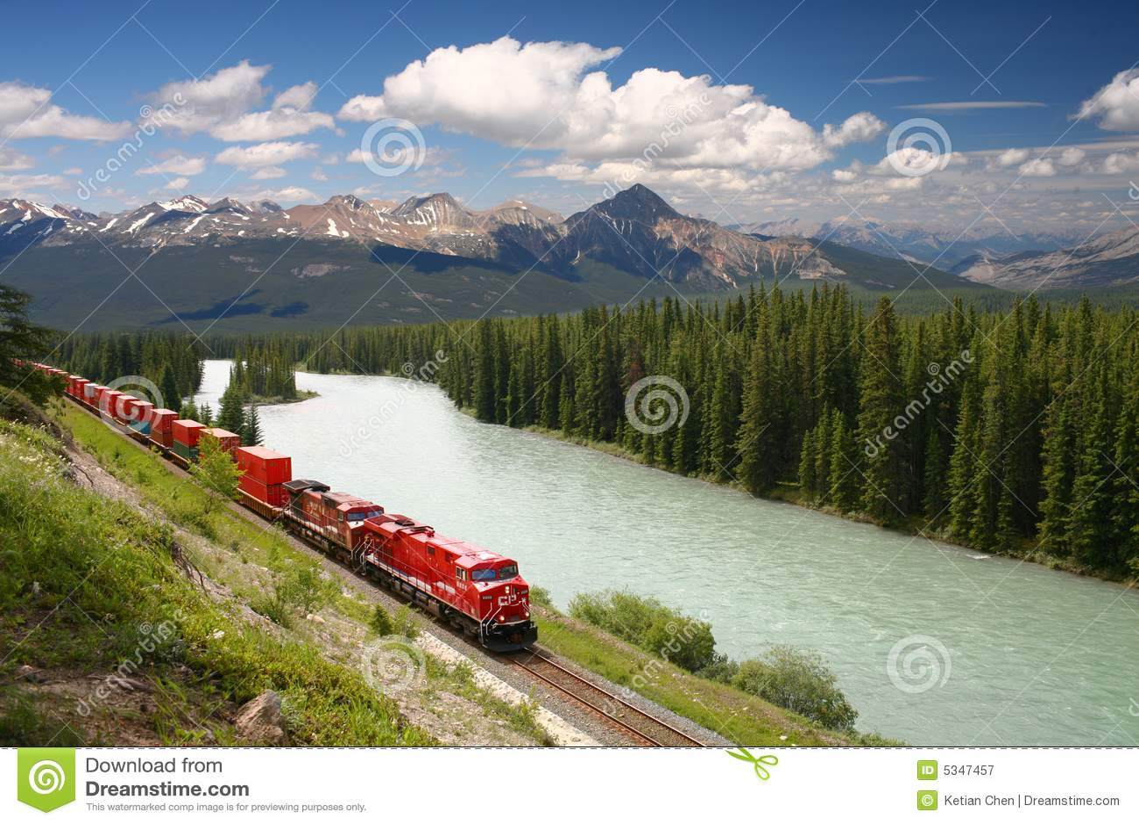 Goederentrein die zich langs de rivier van de boog in canadese rockies