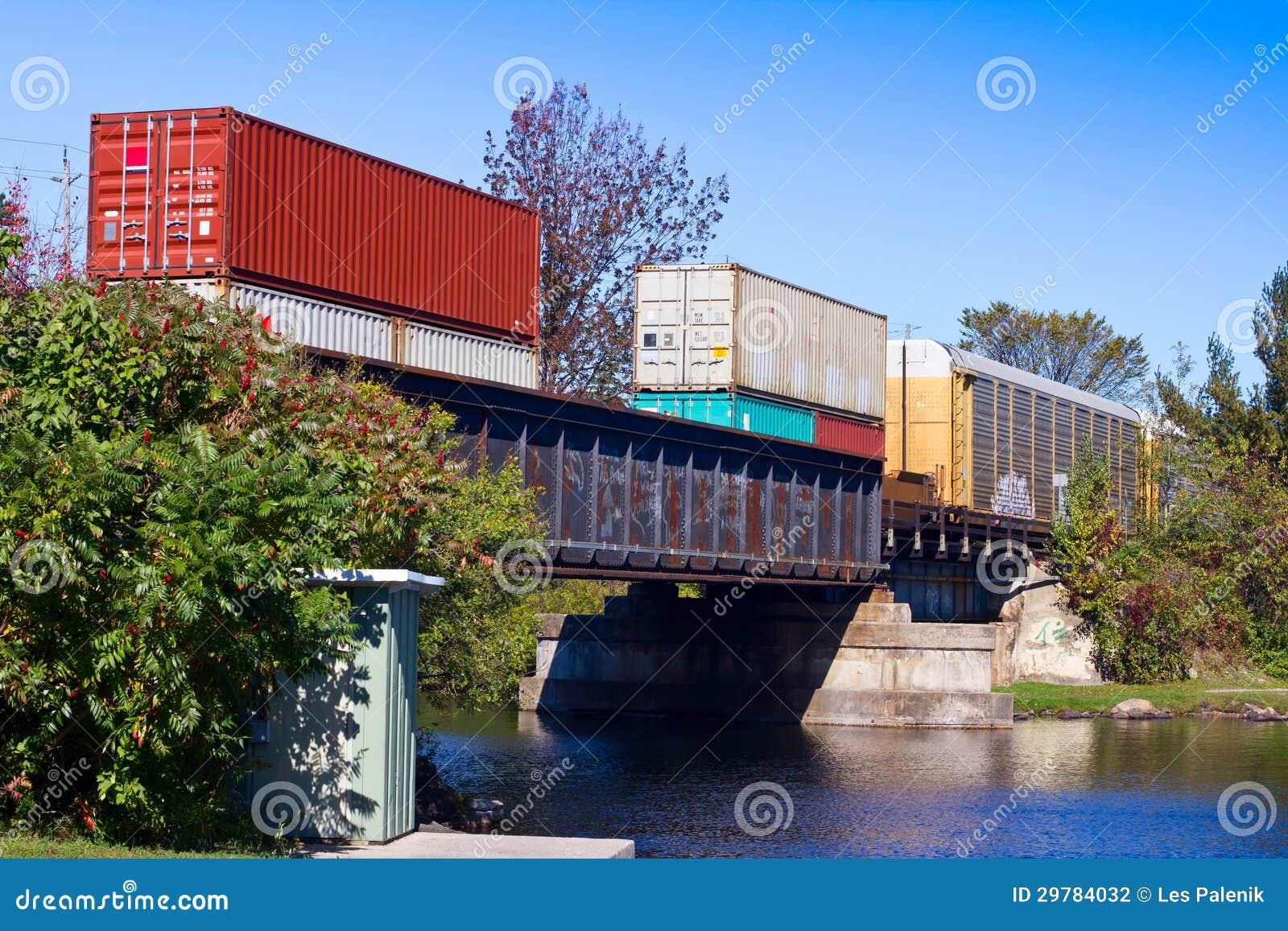 Goederentrein op een brug
