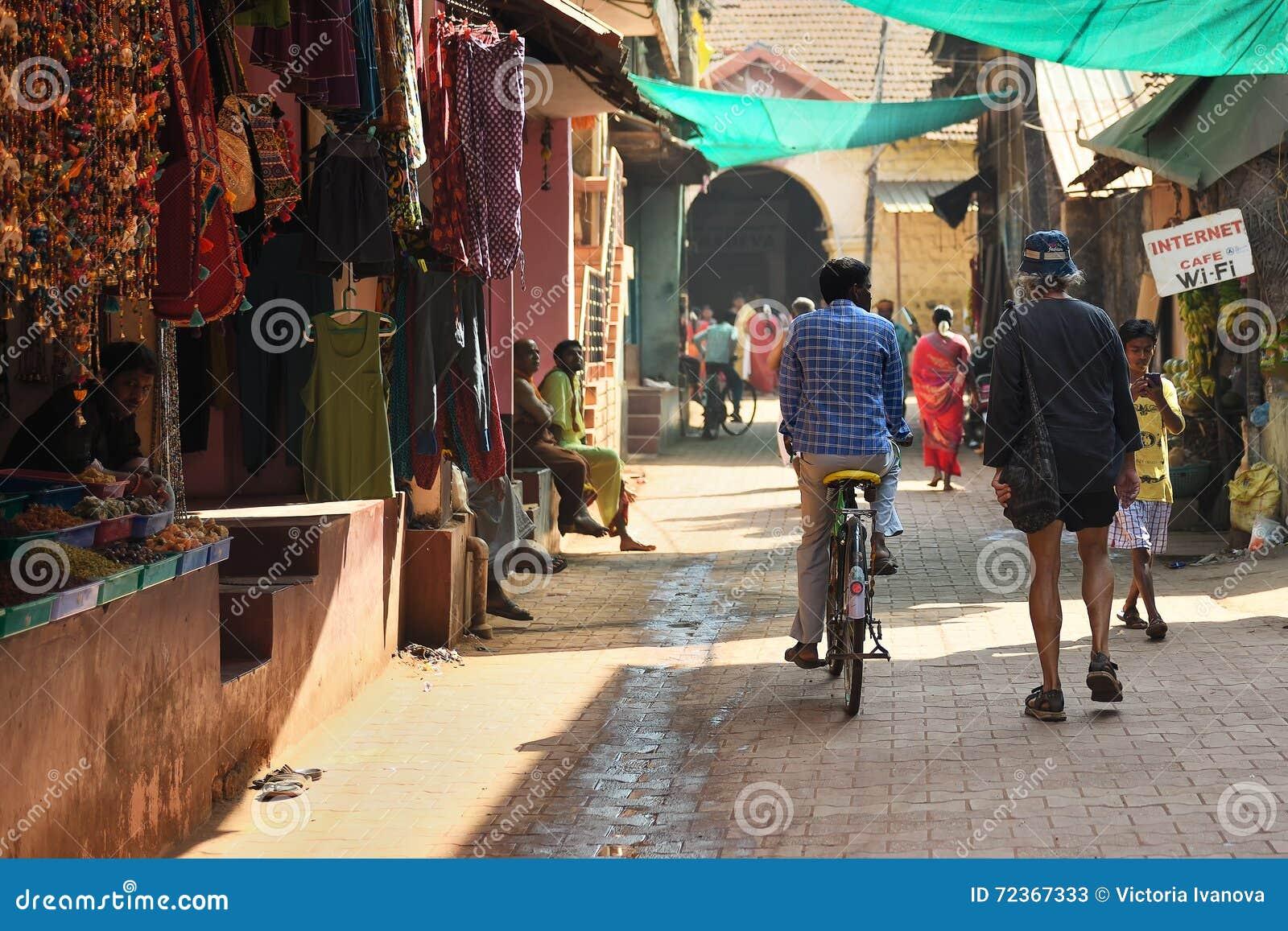 GOKARNA卡纳塔克邦印度- 2016年1月29日:有室外商店的拥挤狭窄的街道在Gokarna市