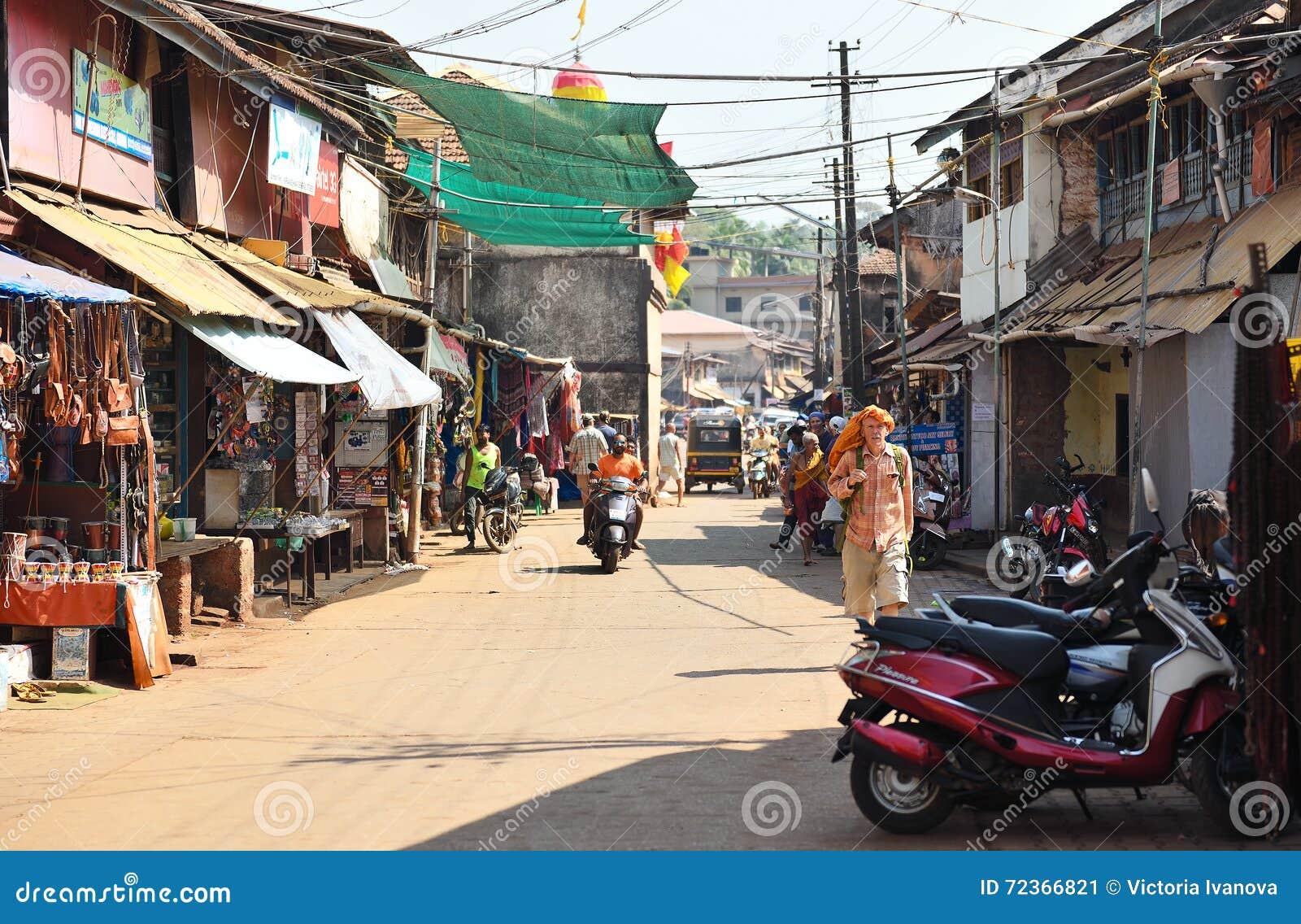 GOKARNA卡纳塔克邦印度- 2016年1月29日:穿橙色披肩的一个人在他的走沿街道的头在Gokarna市