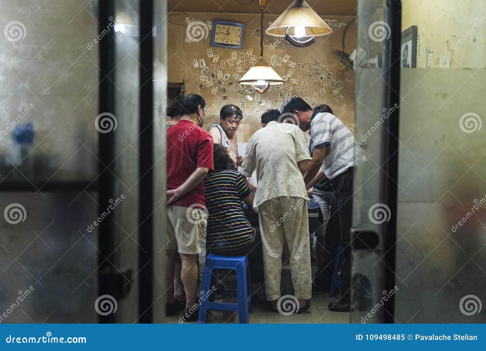 Gokkers in ruimte van Hutongs in Peking, China